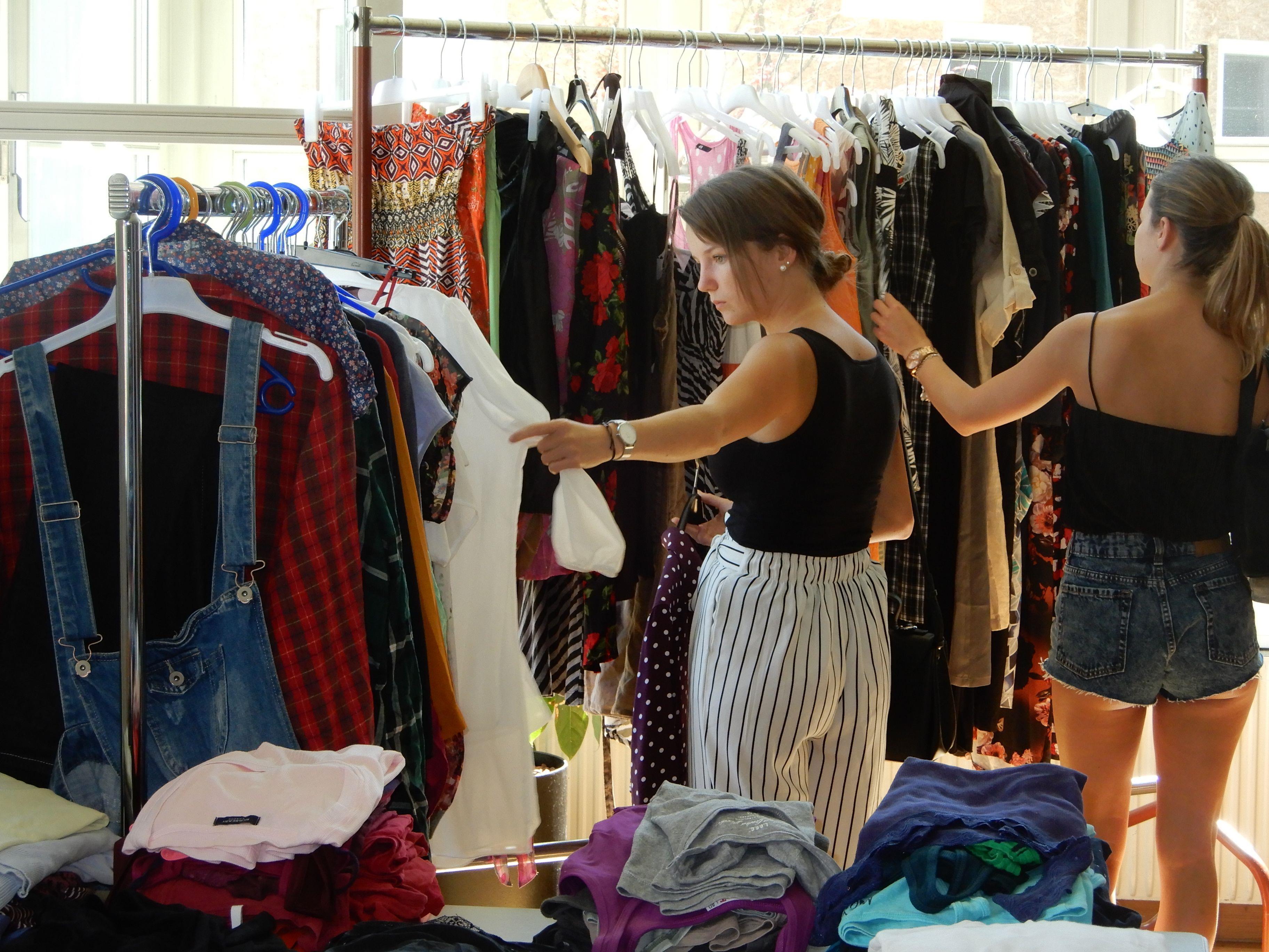 Zahlreiche Schnäppchenjäger unterstützten beim Upcycle-Modetag an der HTL Dornbirn den Verein Tischlein deck dich.