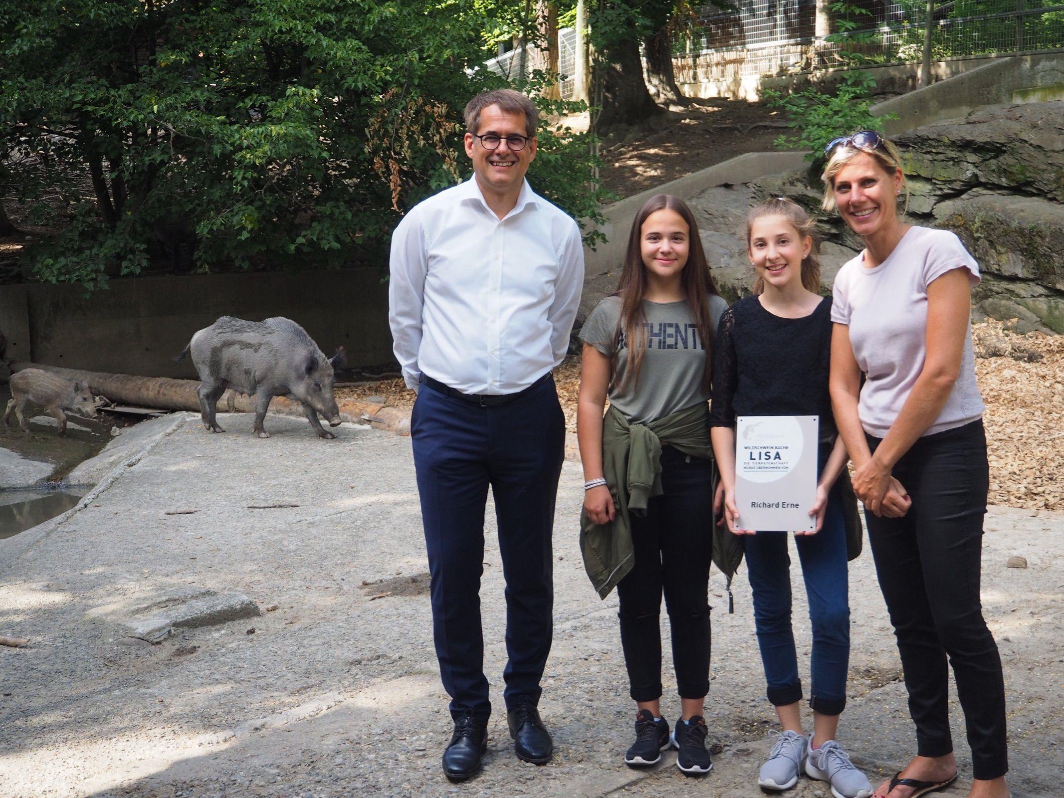 Tierpate Richard Erne mit Pia, Namensgeberin Lisa und Susanne, im Hintergrund die Wildschweinbache mit einem Frischling.