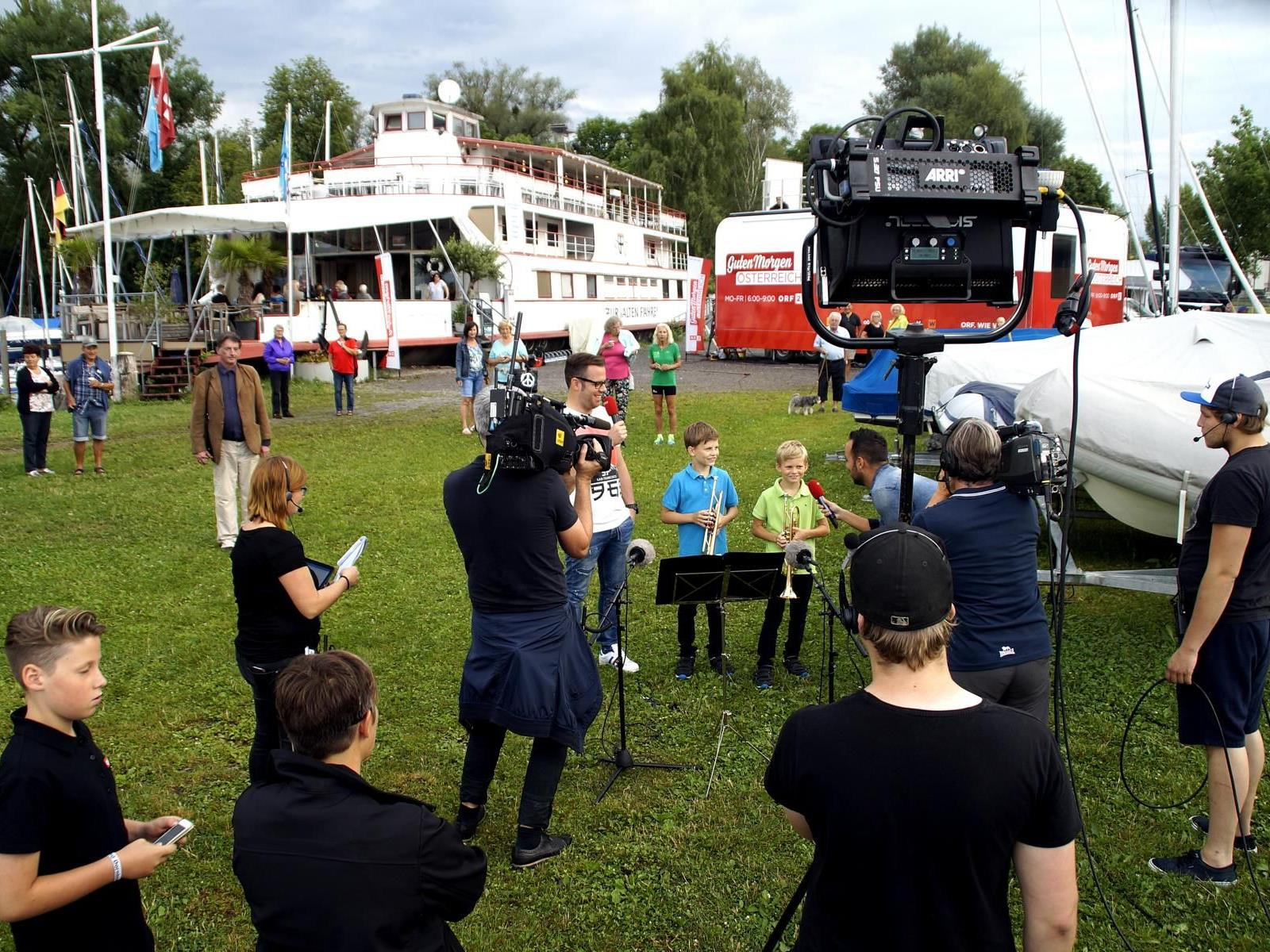 """Großer Auftritt des jungen Lochauer Trompeten-Duos David und Samuel Schmid beim österreichischen Frühstücksfernsehen """"Guten Morgen Österreich"""" hier in Lochau am Bodensee."""