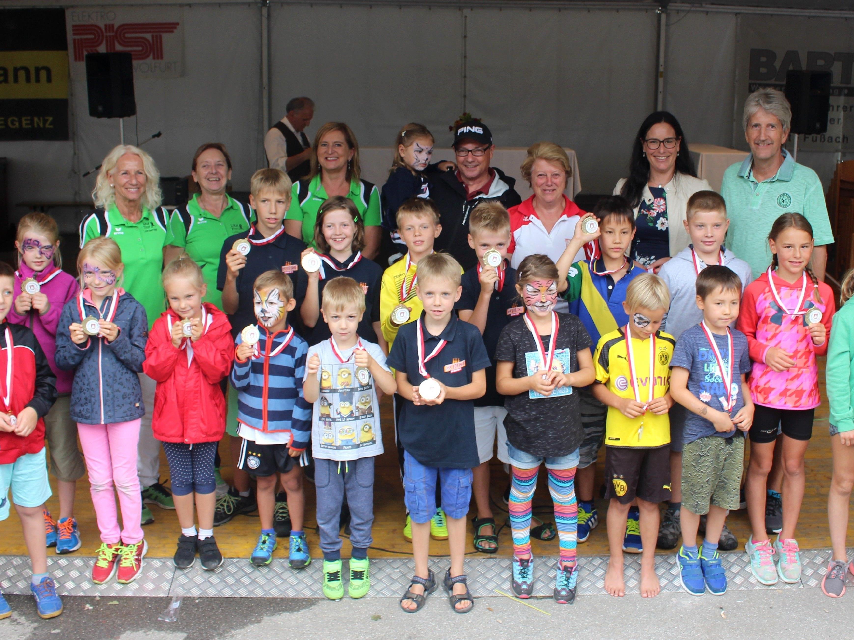 """Viel Spaß hatten die sportbegeisterten Kinder bei der """"Lochauer Kinderolympiade"""", und alle Teilnehmer erhielten für ihre Leistung eine tolle Medaille."""
