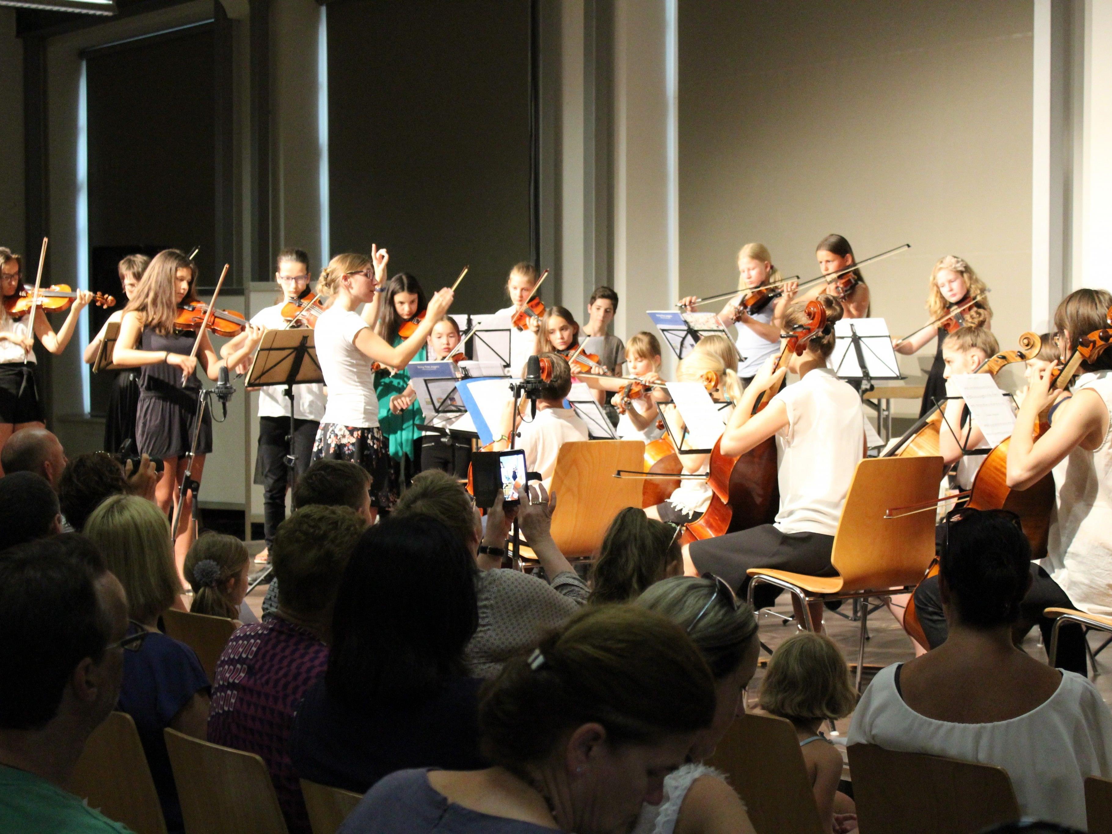 Das Orchester unter der Leitung von Stephanie Breuss