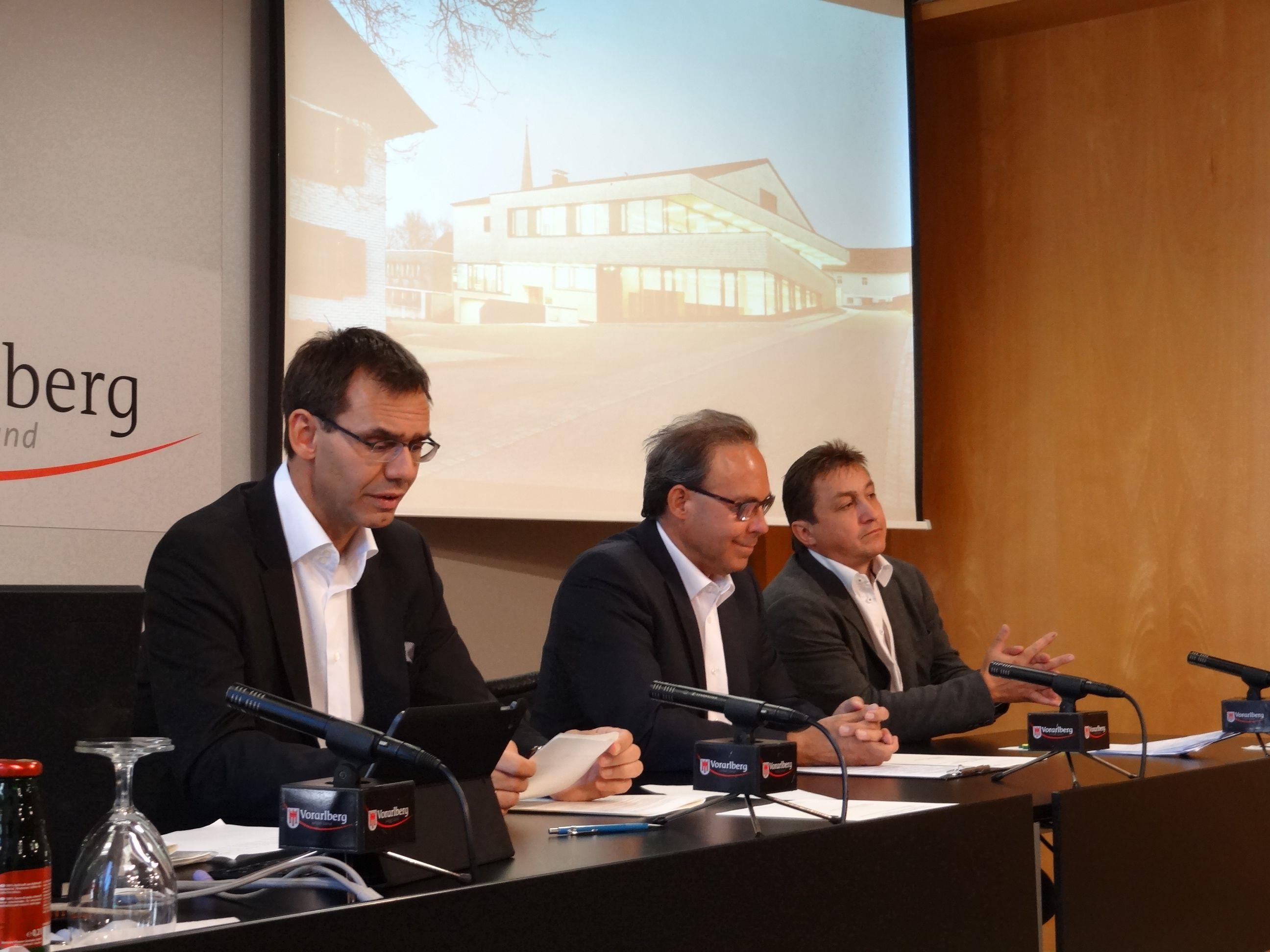 Markus Wallner und die Bürgermeister Werner Konzett (Fontanella) und Franz Martin (Buch) beim Pressefoyer