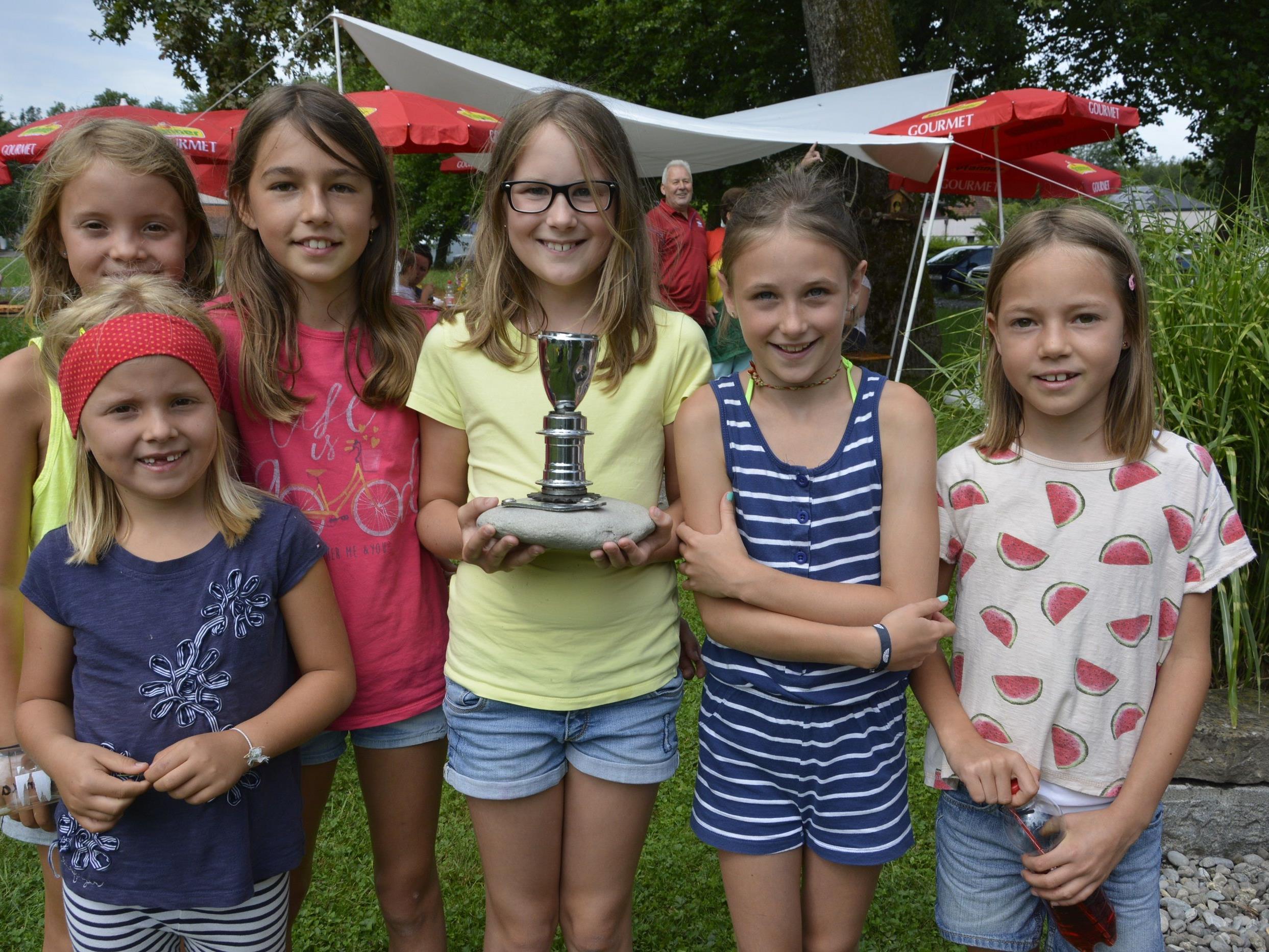 Die Kinder zeigen noch vor der Preisverleihung den begehrten Waffenrad-Triathlon-Weltmeister-Pokal.