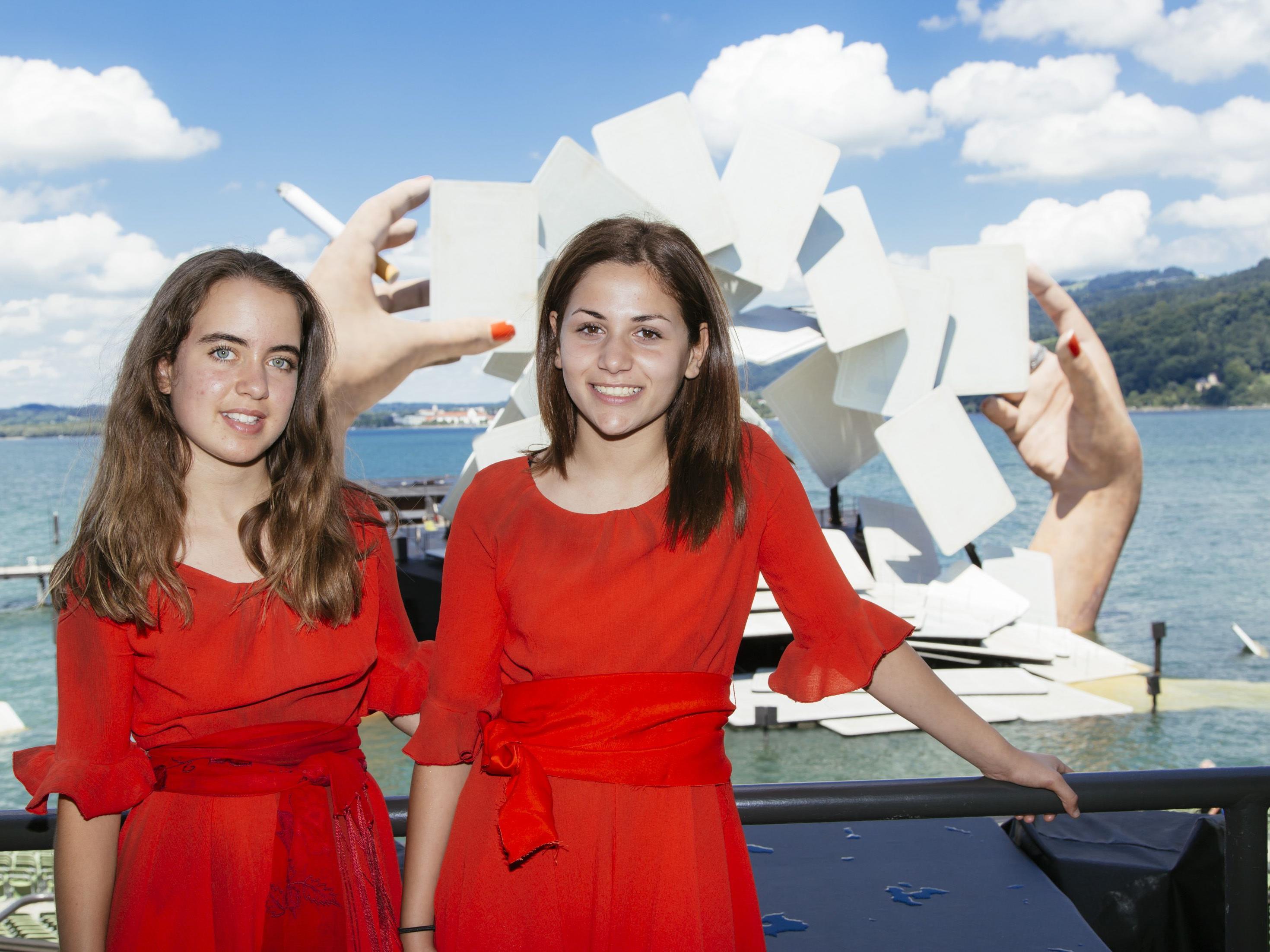 """Lea und Efsa stehen bei """"Carmen"""" auf der Bühne."""
