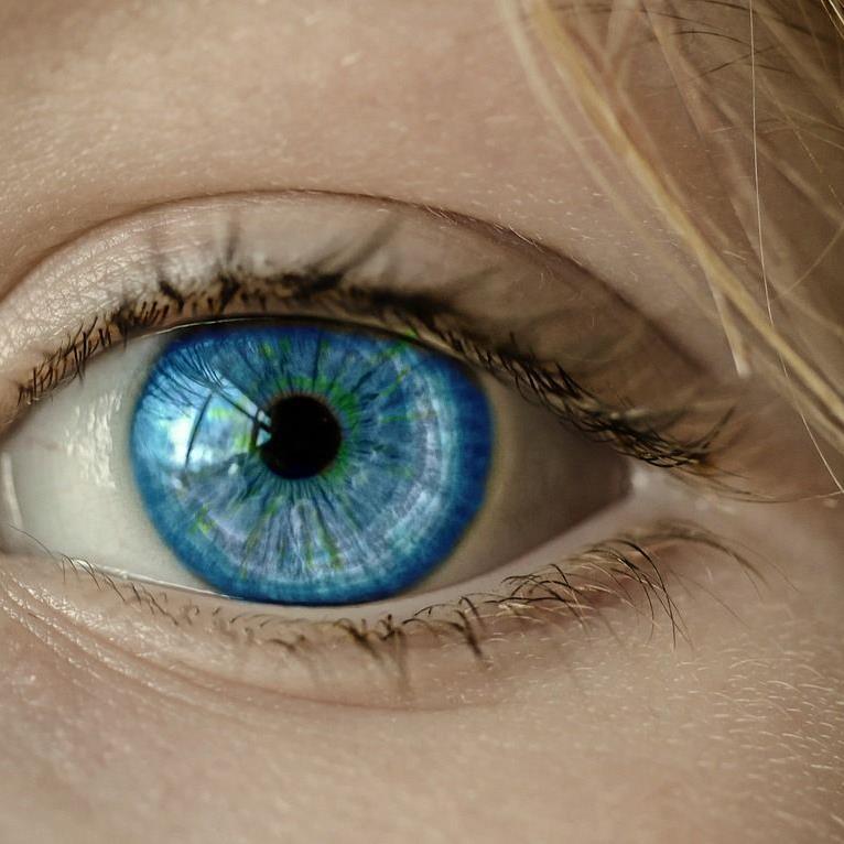 Die Frau sollte operiert werden, als die Ärzte 27 Kontaktlinsen in ihren Augen fanden.