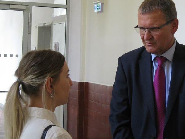 Die Suche nach ihren leiblichen Eltern geht für Kristina V. (hier mit Anwalt Andreas Ermacora) weiter.