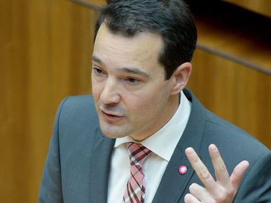 Der Vorarlberger NEOS-Mandatar Gerald Loacker kritisiert das Sicherheitspaket.
