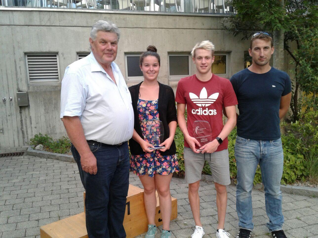 Bgmst. Mandi Katzenmayer, Katharina Cepicka, Jan Niedermayer, Trainer Mathias Eder (v.l.).