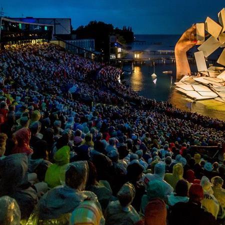 """Trotz Dauerregens konnte die Premiere von """"Carmen"""" auf der Seebühne stattfinden."""