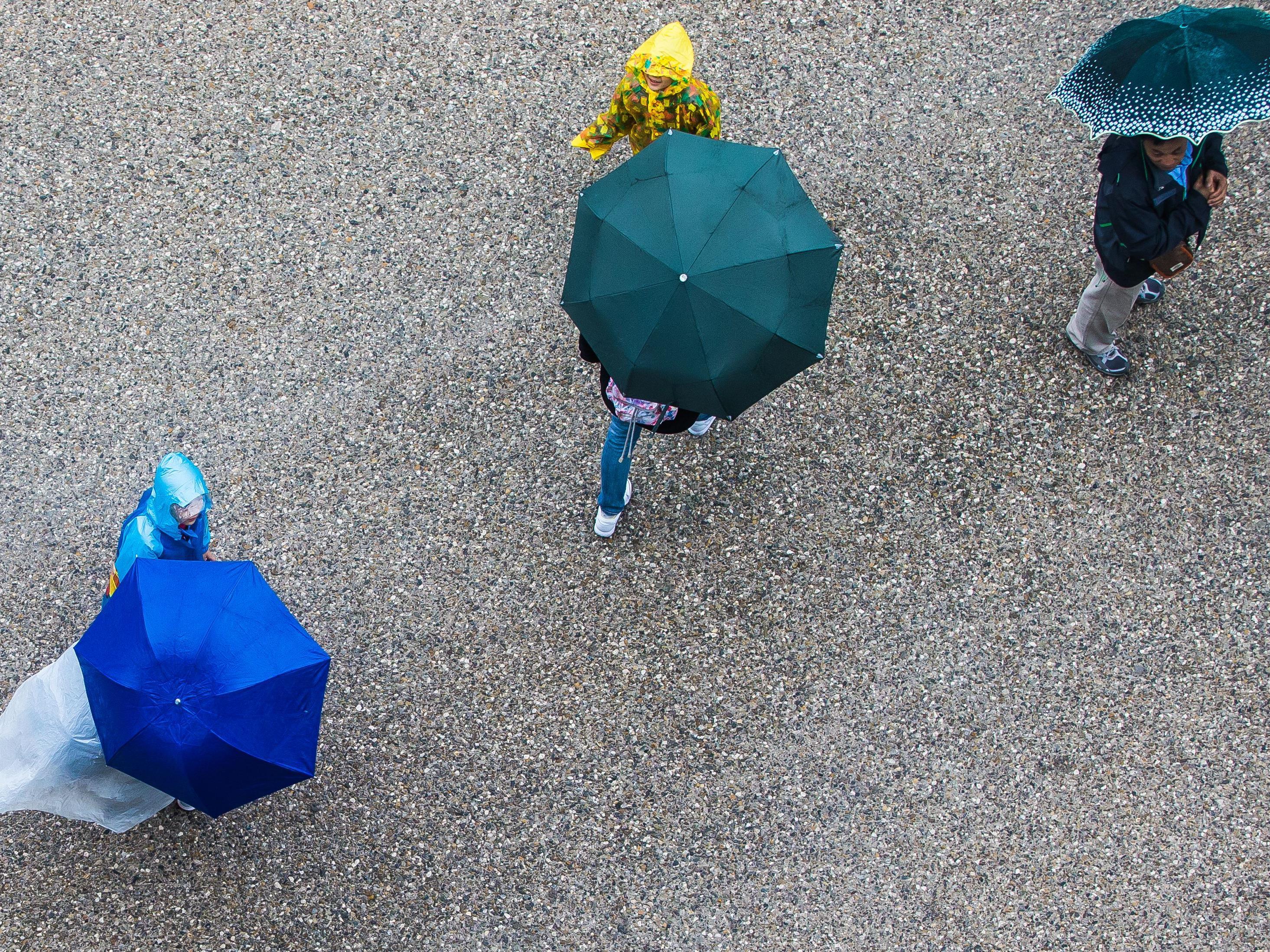 Noch ist der Regenschirm wichtigstes Accesoire in Vorarlberg. Gegen Nachmittag kann er aber nach un nach zu gemacht werden.