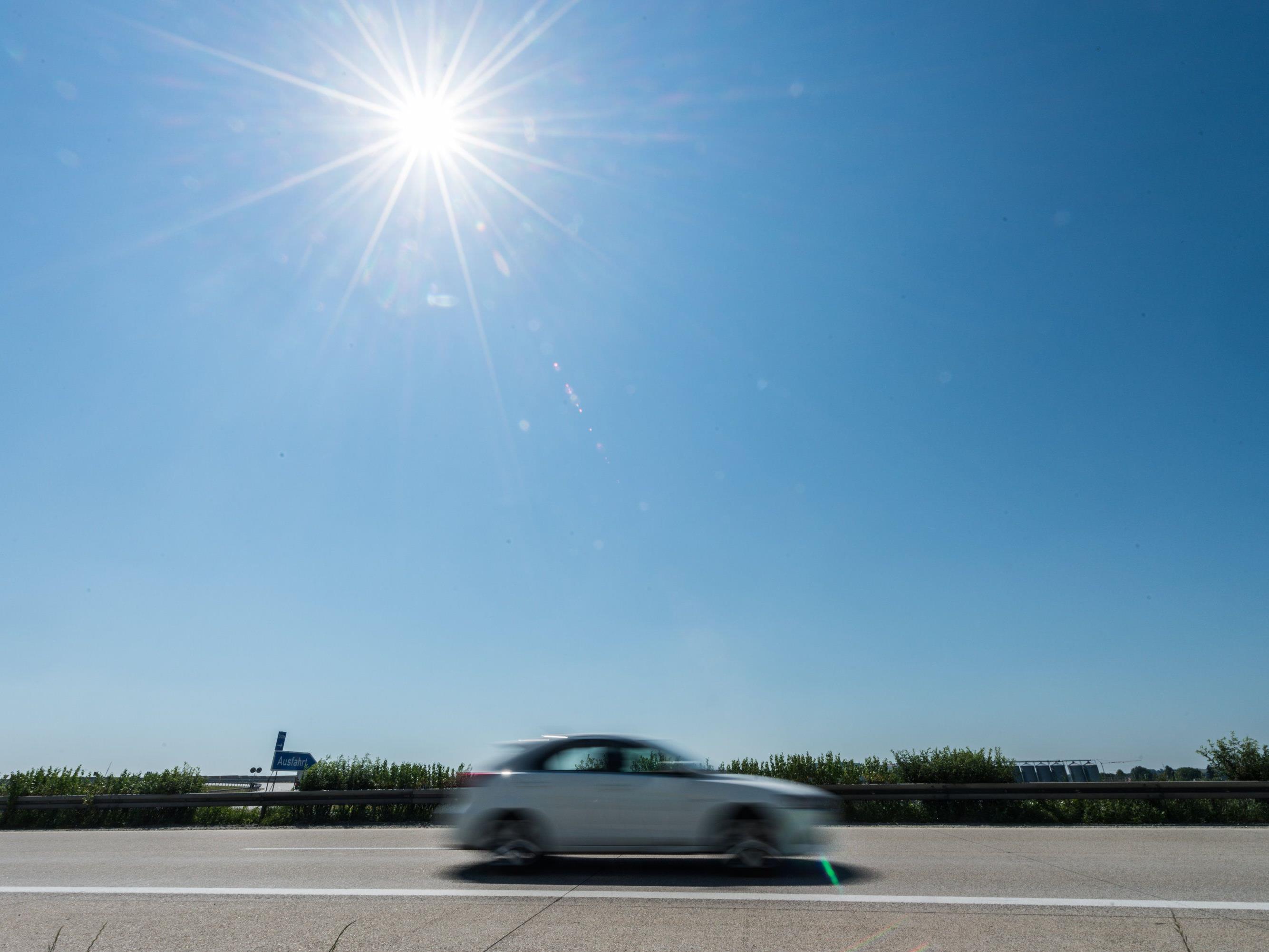 Wenn die Hitze auch das Auto fest im Griff hat, helfen vielleicht die Tipps von ARBÖ.