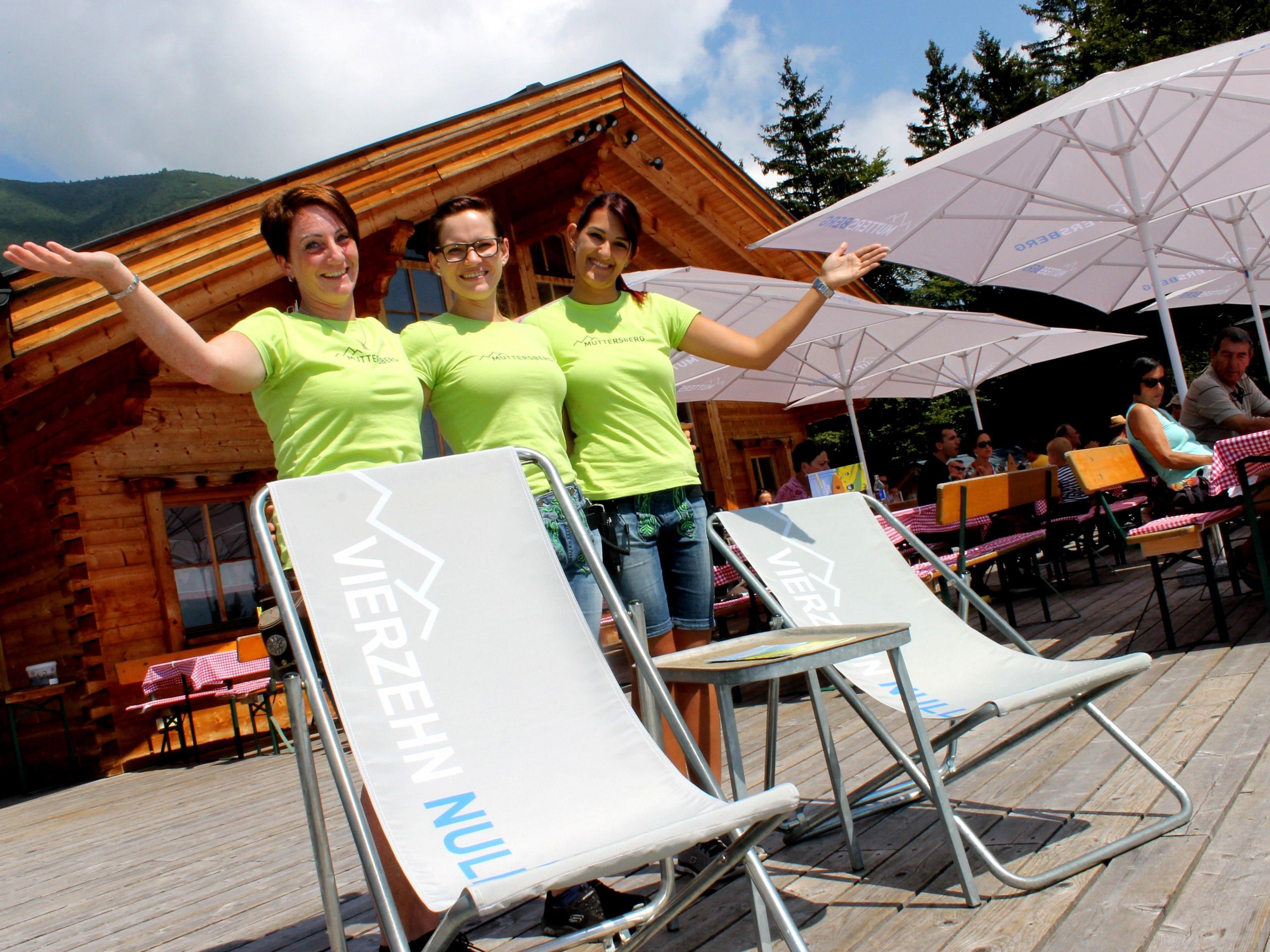Neues Erscheinungsbild in Form von Sonnenschirmen, Liegestühlen und Kleidung für die AlpengasthofmitarbeiterInnen am Muttersberg.