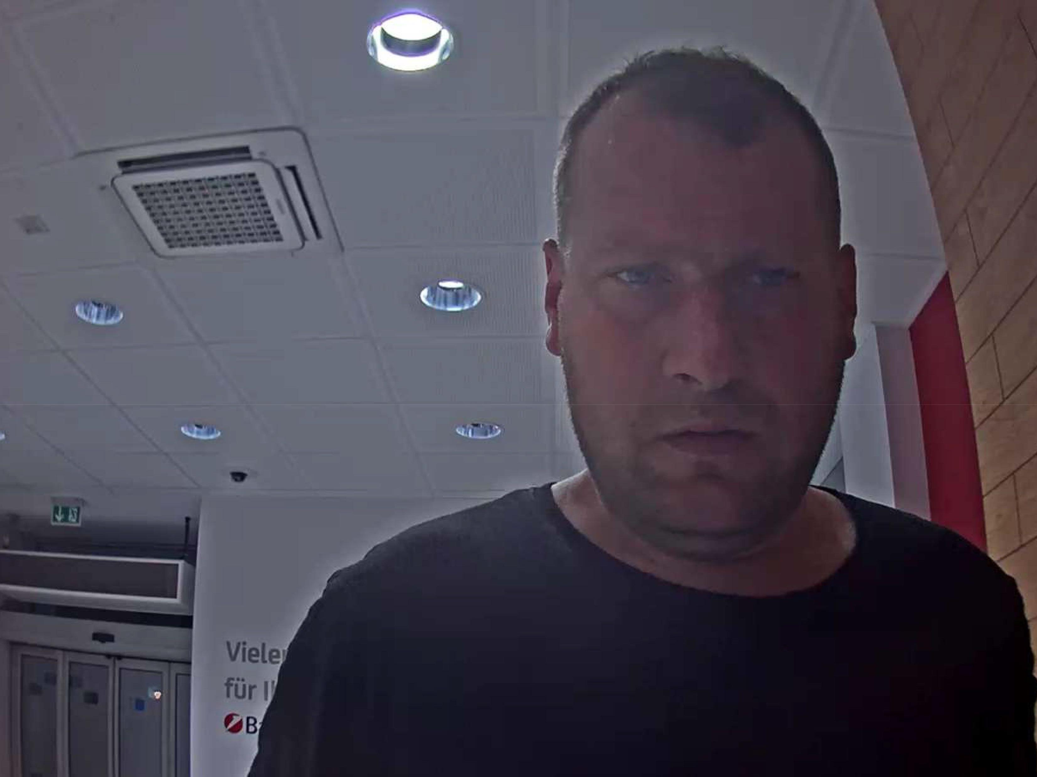 Die Polizei fahndet nach einem Mann, der in einen Kindergarten in Mödling eingebrochen haben soll.