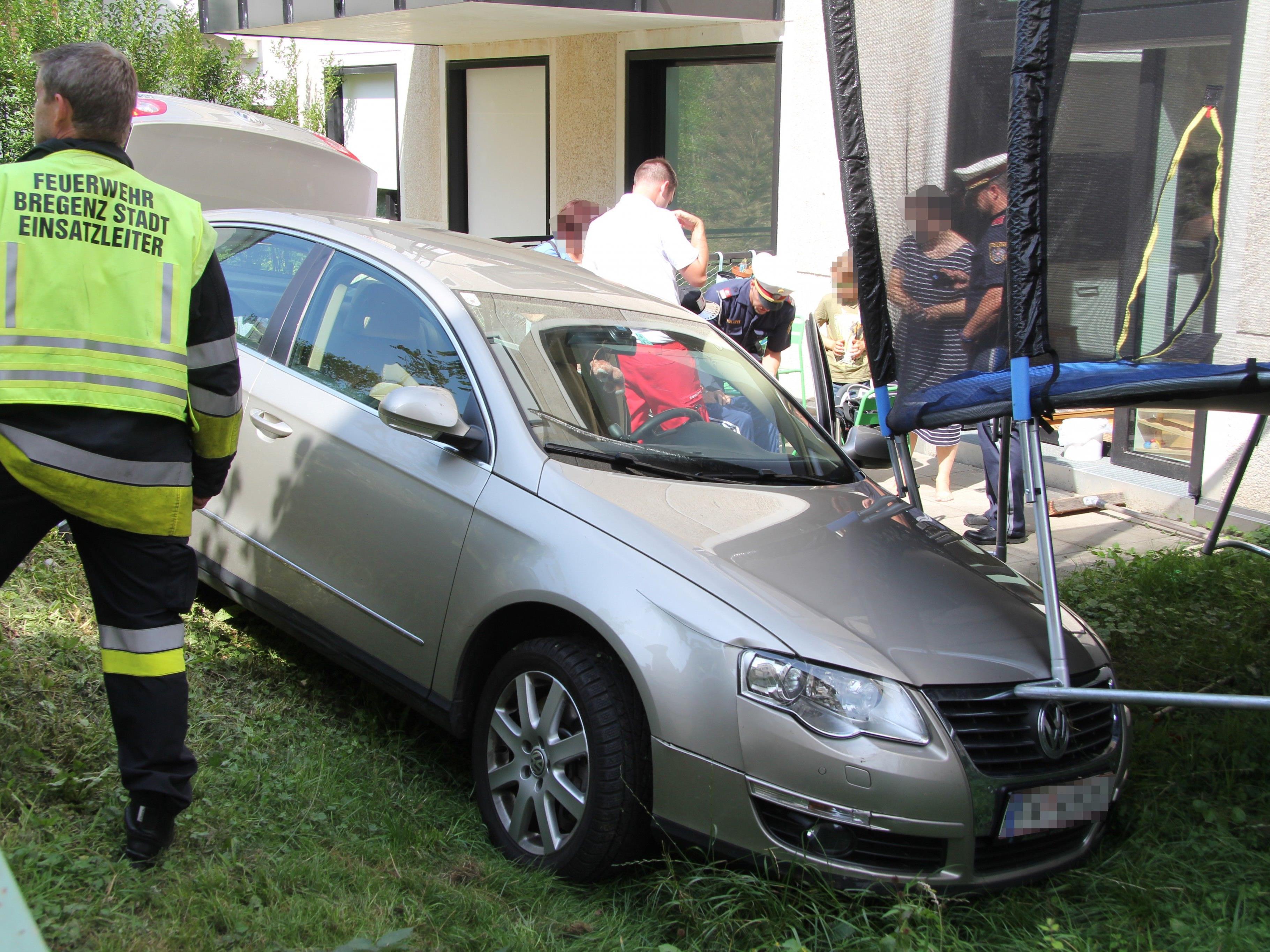 Das Auto kam im Garten unter einem Trampolin zum stehen.
