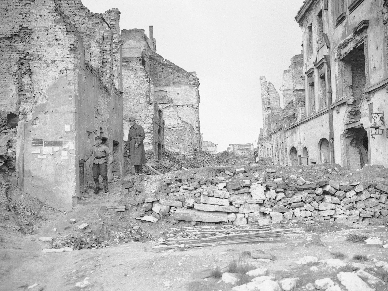 Zwei deutsche Soldaten in den Trümmern von Warschau.