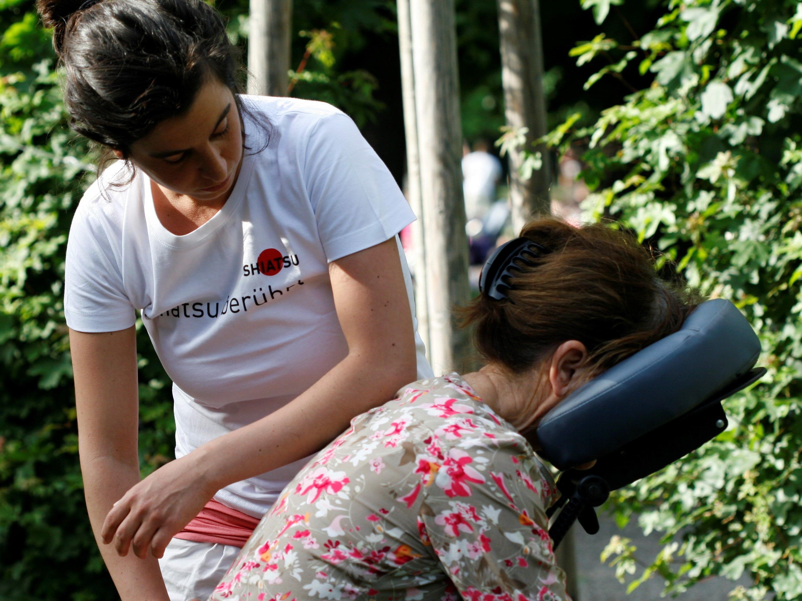 Im Augarten Wien kann man mit einem Shiatsu-Behandlung entspannt in den Sonntag starten.