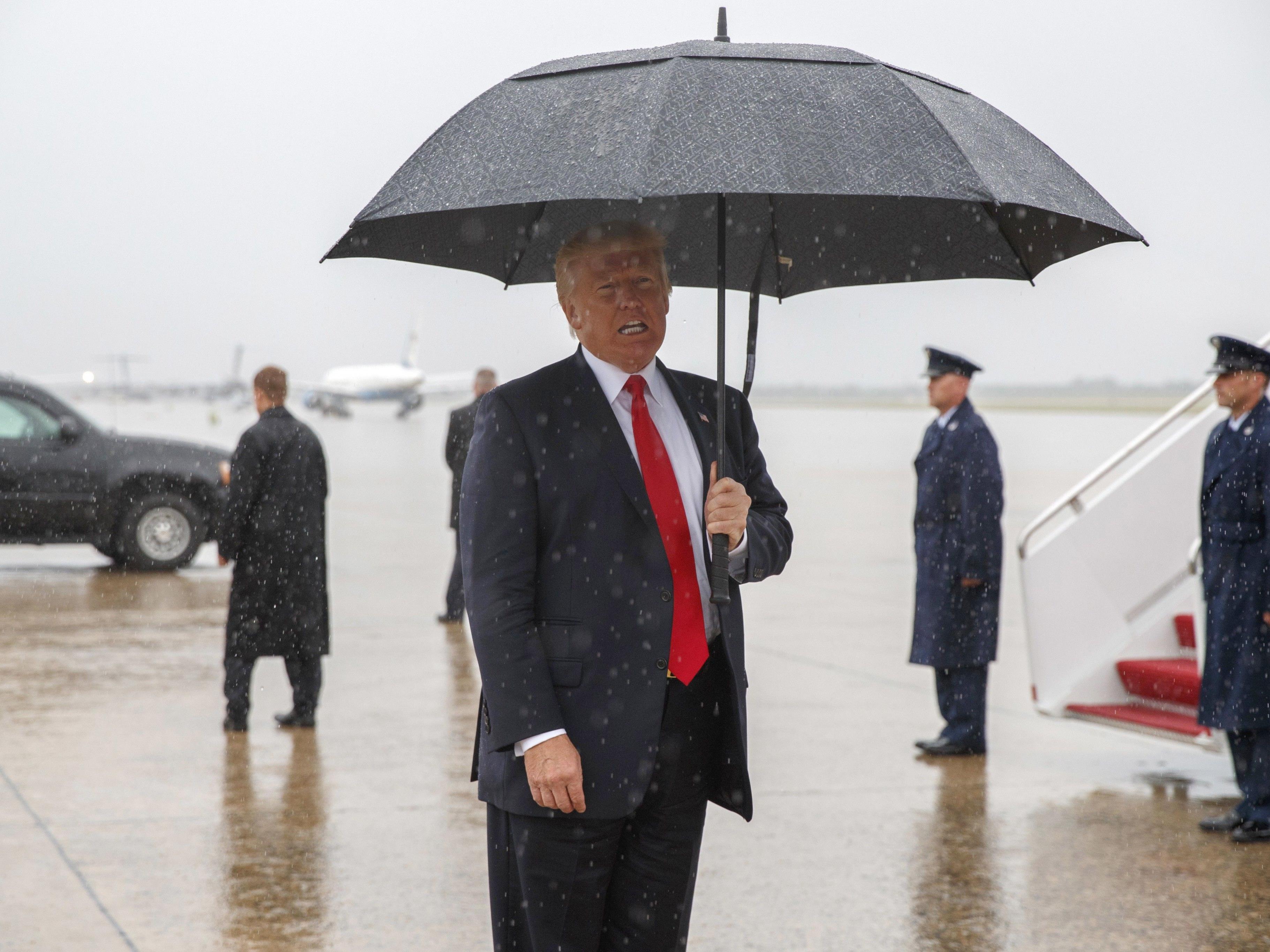 Doch gut für Trump: Skandal-Scheinwerfer verbrennen fast allen Sauerstoff der öffentlichen Aufmerksamkeit.