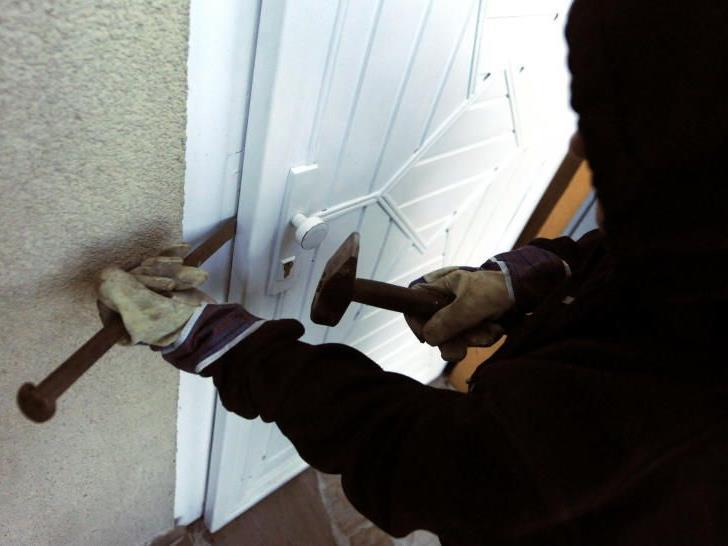 Um Einbrüche während des Urlaubs zu verhindern, sollte man alle Fenster und Türen schließen.
