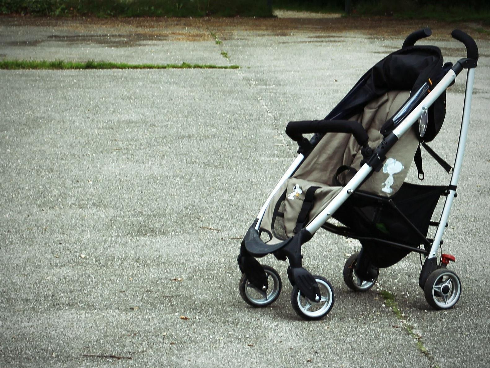 Die 32-Jährige stieß den Kinderwagen mit dem Kleinkind mehrmals gegen eine Mauer.