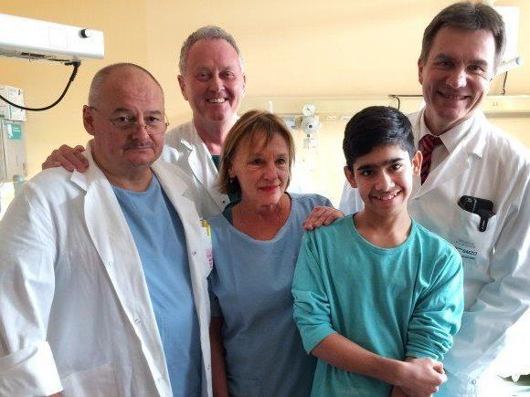 Der 13-jährige Schüler mit seinem Ärzteteam.