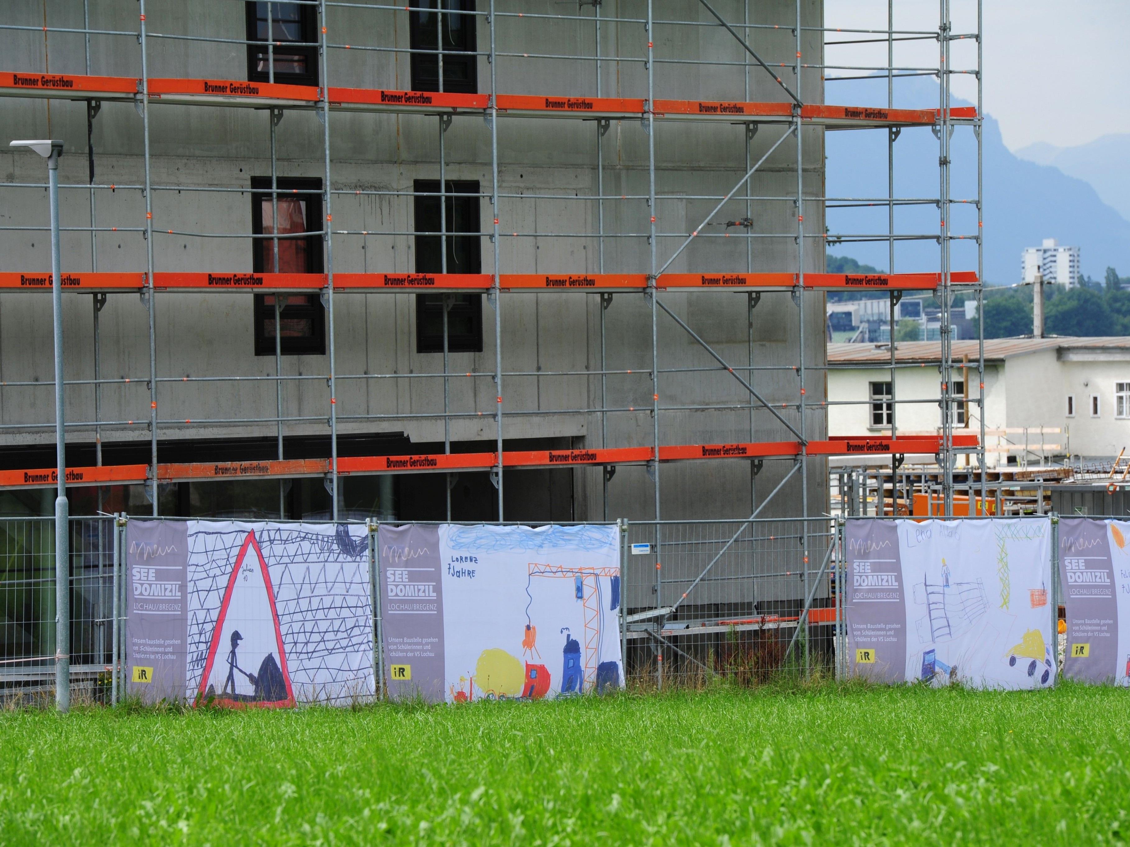 Volksschüler durften die Bauzäune in Lochau neu gestalten.
