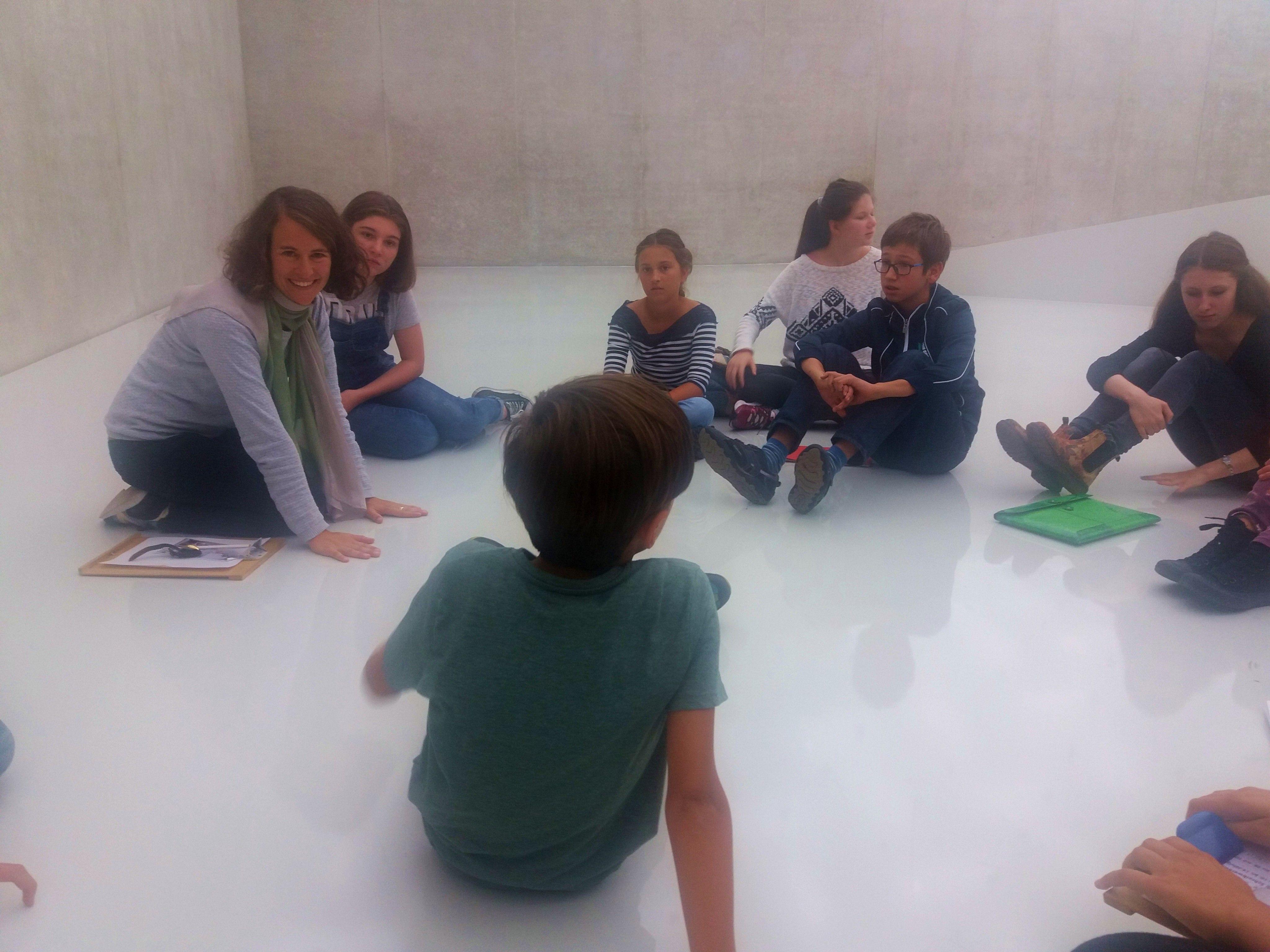 KUB-Kunstvermittlerin Mareile Halbritter führt die Kinder durch die Ausstellung.