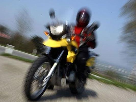 Der Wiener Motorradfahrer war viel zu schnell im Weinviertel unterwegs.