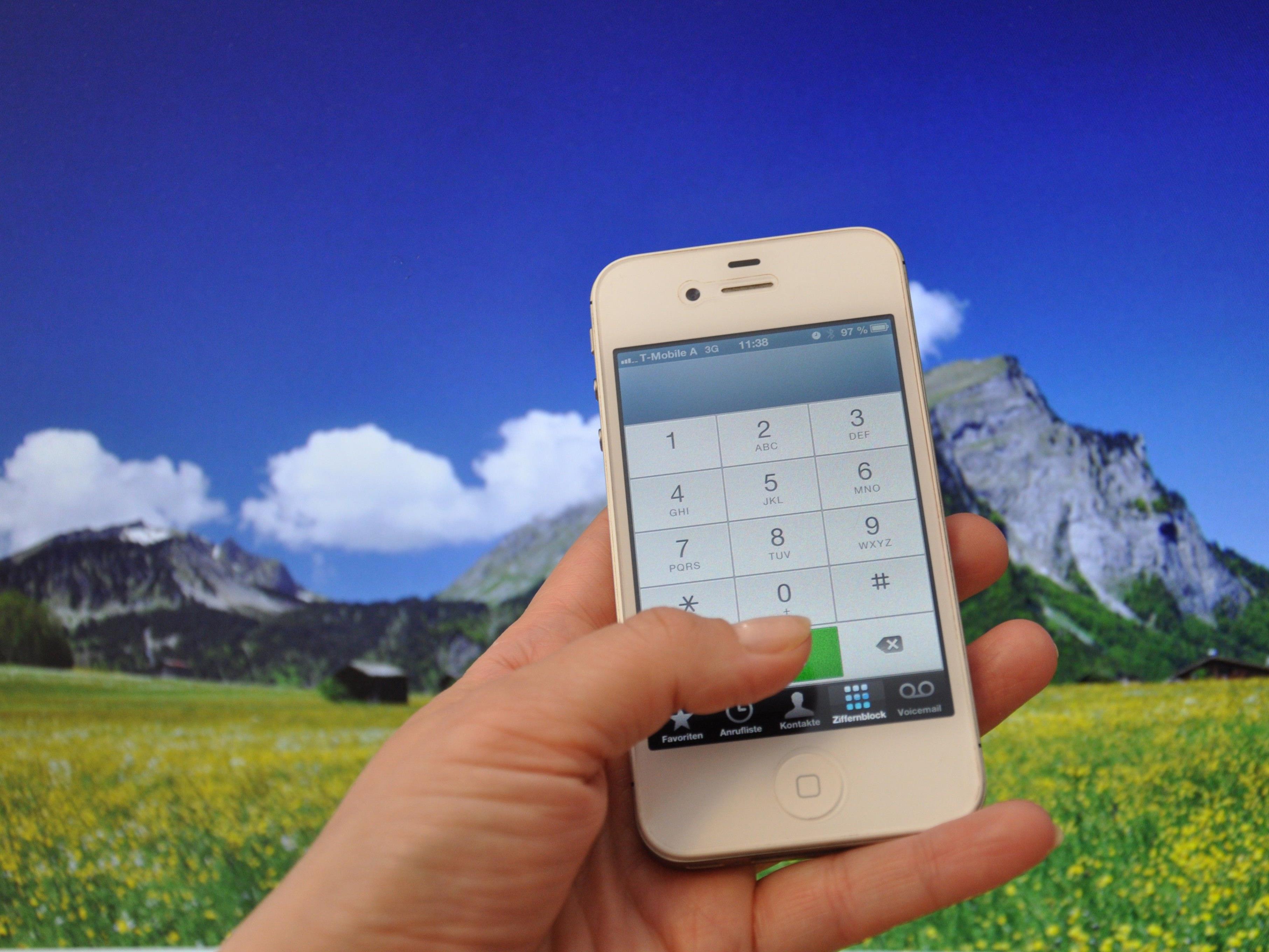 Bei Touren in alpinem Gelände sollte man immer auf einen voll geladenen Handy-Akku achten.