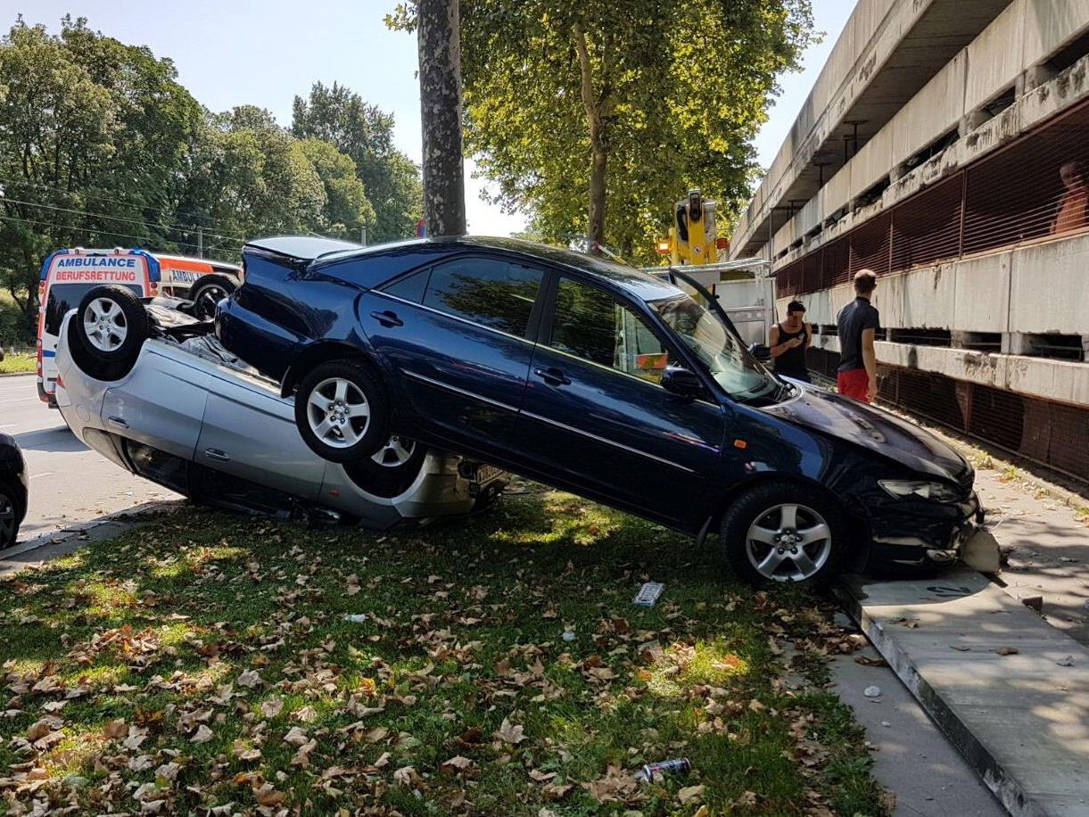 In Wien fielen zwei Autos aus einem Parkhaus.