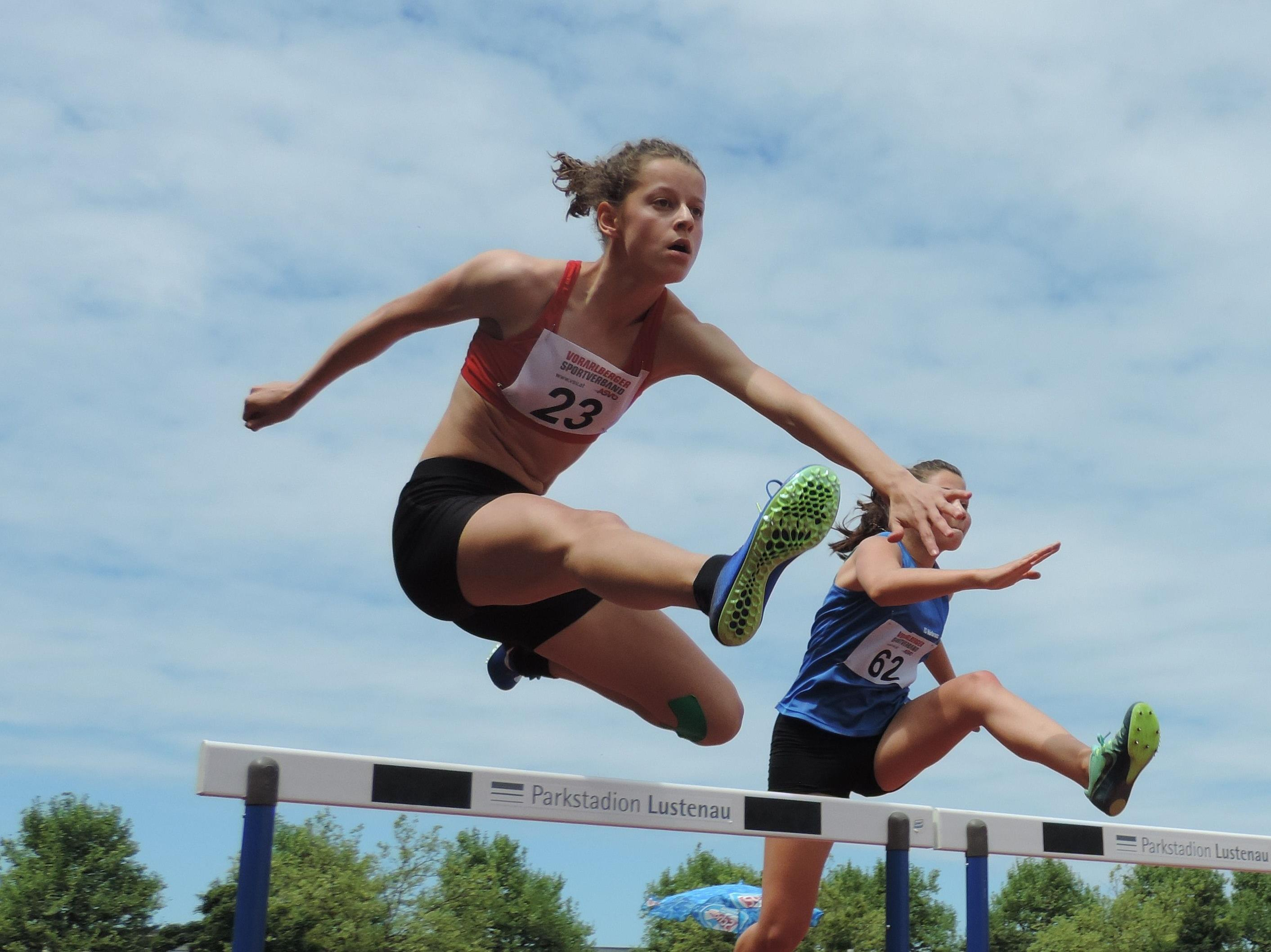 Anna Mager (links) war bei den österreichischen U-16-Titelkämpfen über 300 m und 300 m Hürden die Schnellste.