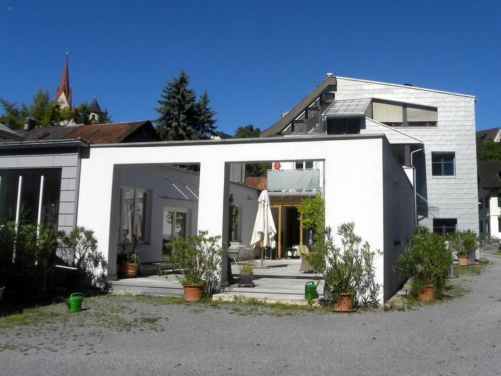 In Haus und Garten von Werner Walser zeigt Künstler MASU ungewöhnliche Exponate wie elektrisch betriebene Objekte.