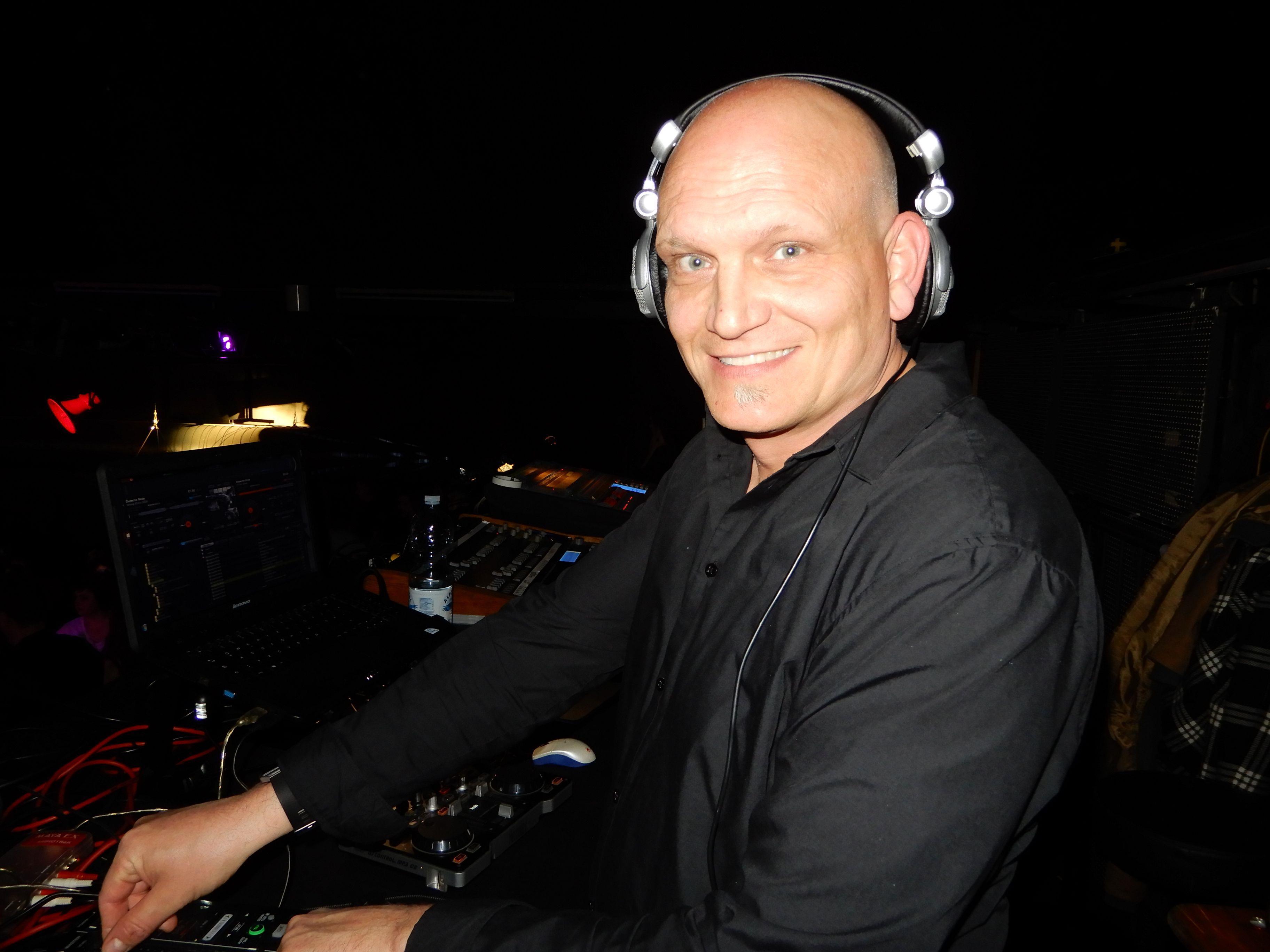 Wenn MC Mode auflegt, tanzen sie alle - schließlich spielt der DJ auch immer seinen persönlichen Lieblings-Sound.