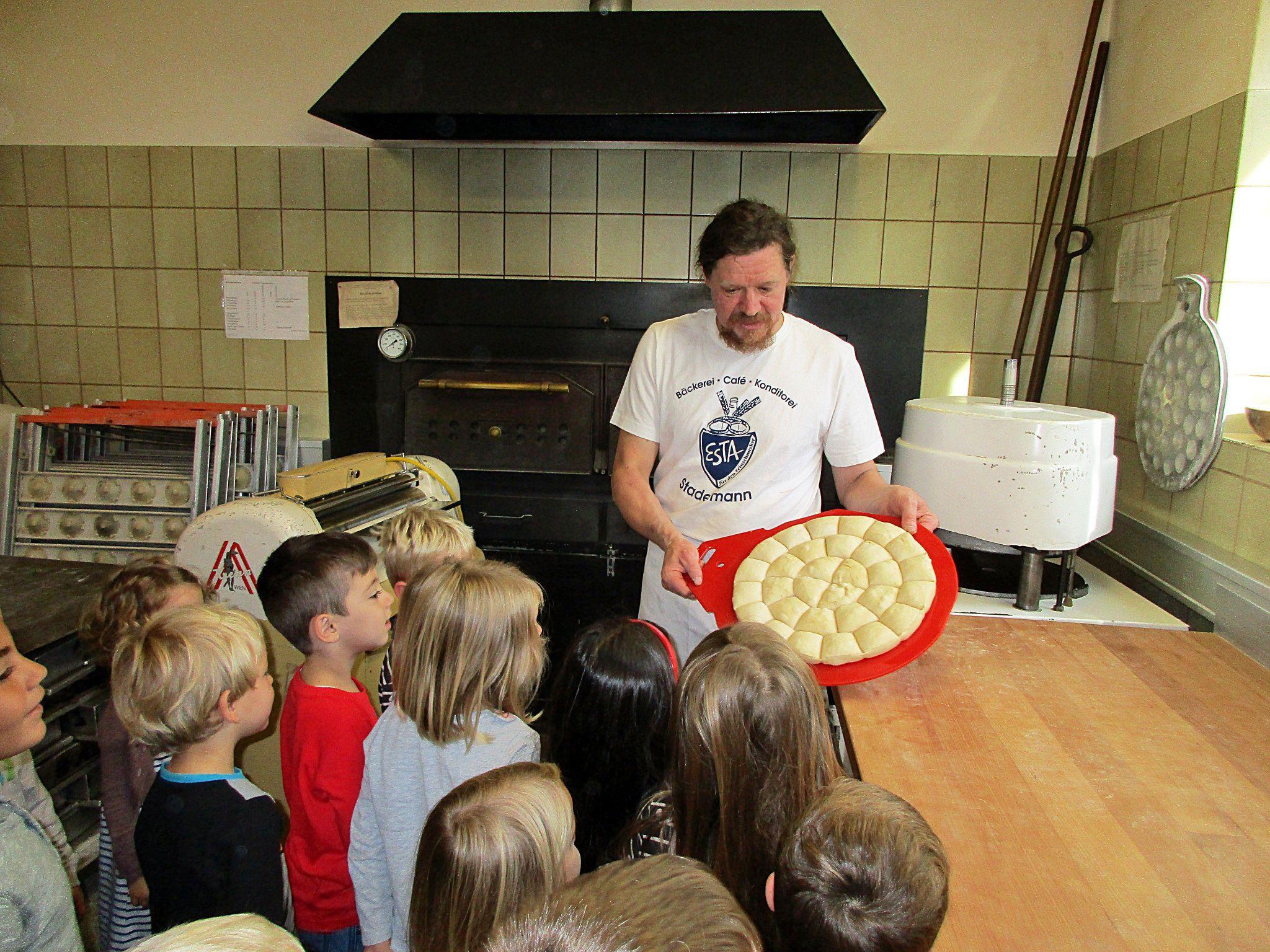 Von Chef Markus Stadelmann erfuhren die Kinder alles rund um den Bäckerberuf.