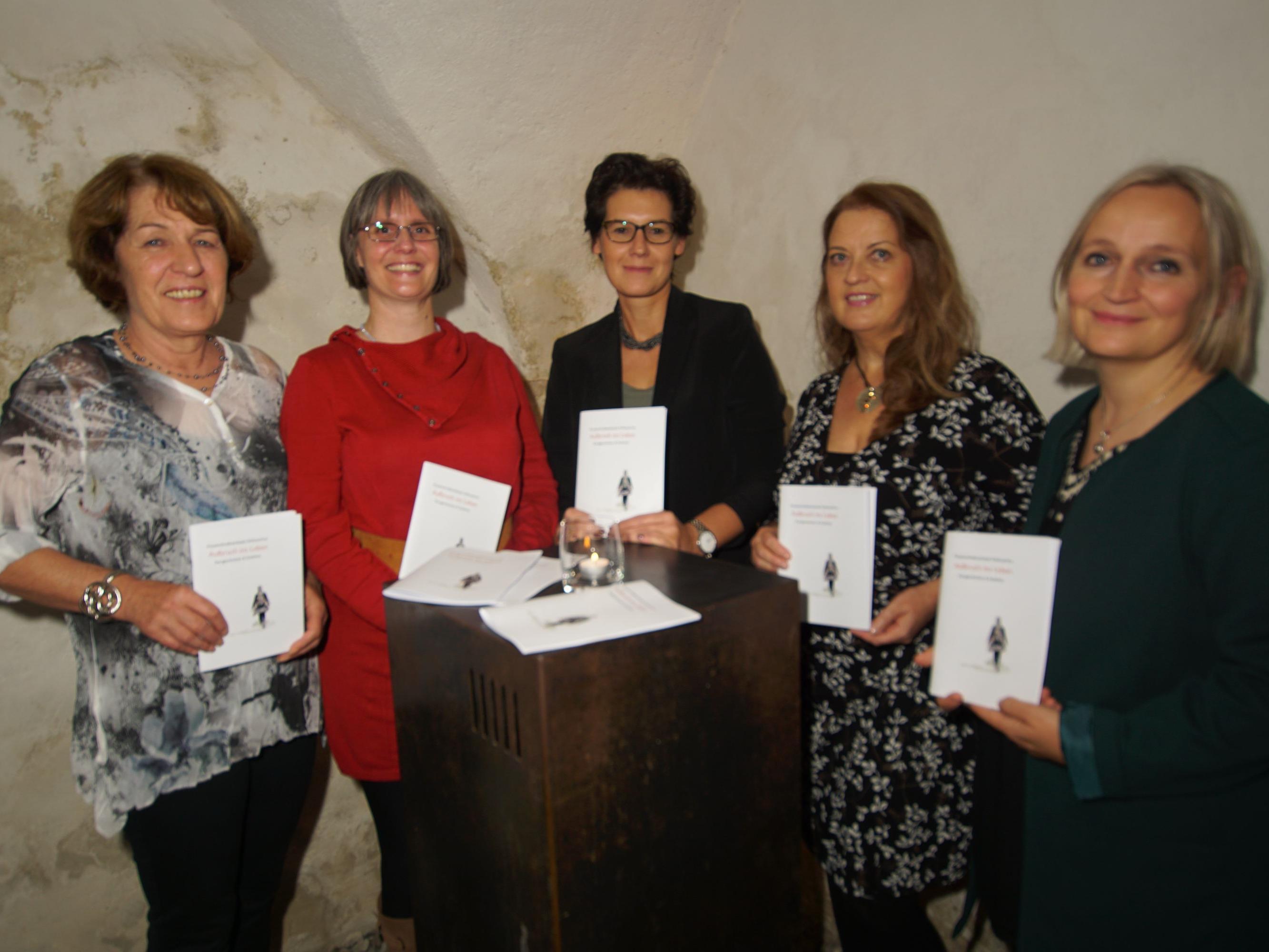Die Autorinnen Monika Jäger, Pascale Dietrich, Claudia Kramlik, Ursula Flajs und Brigitte Breuss (v.l.), nicht auf dem Bild ist Silvia Wastian.