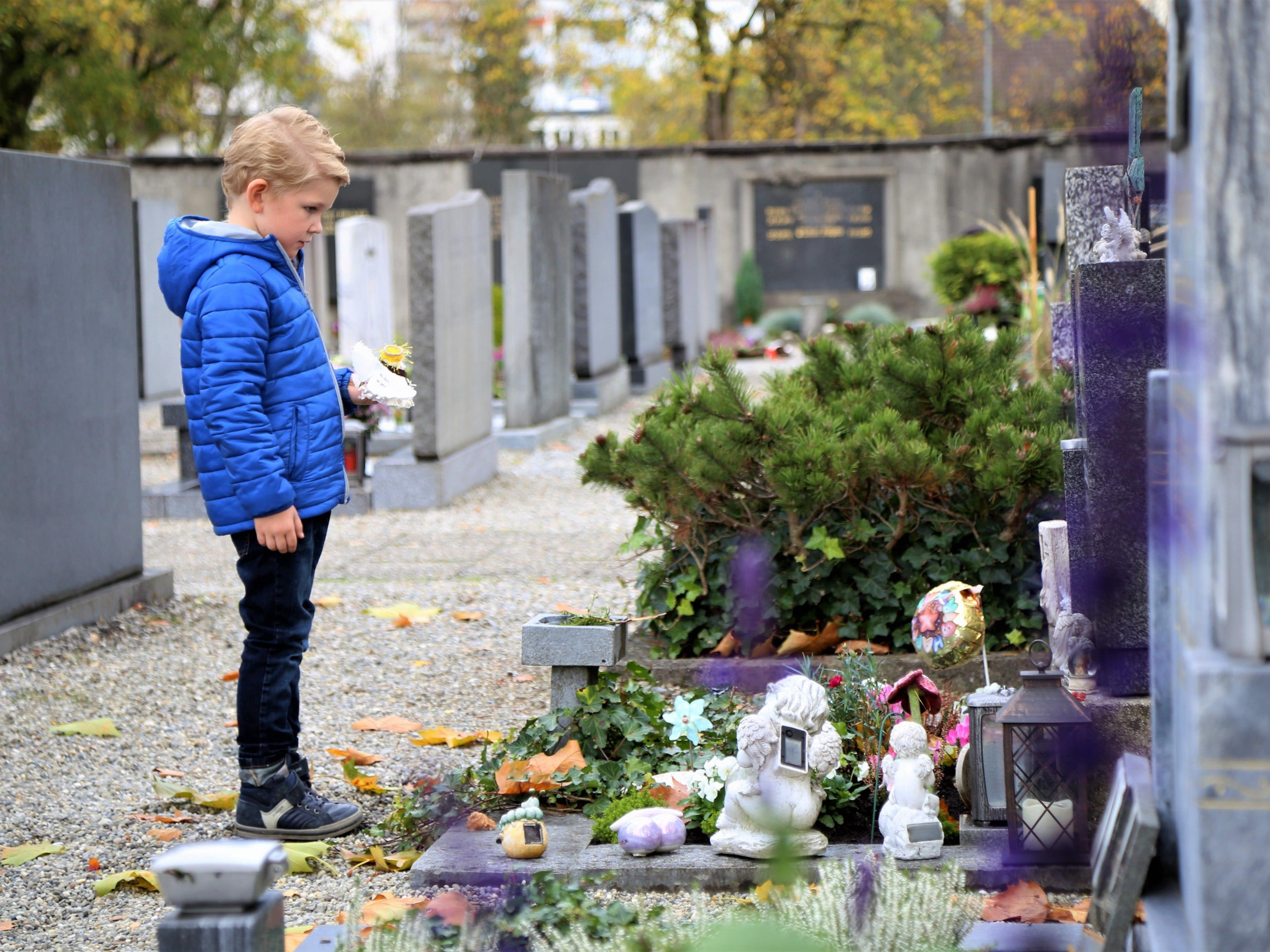 Kinderreporter Jason Durell hat einen kleinen Engel für seine Schwester Skyla gebastelt und es ihr ans Grab gebracht.