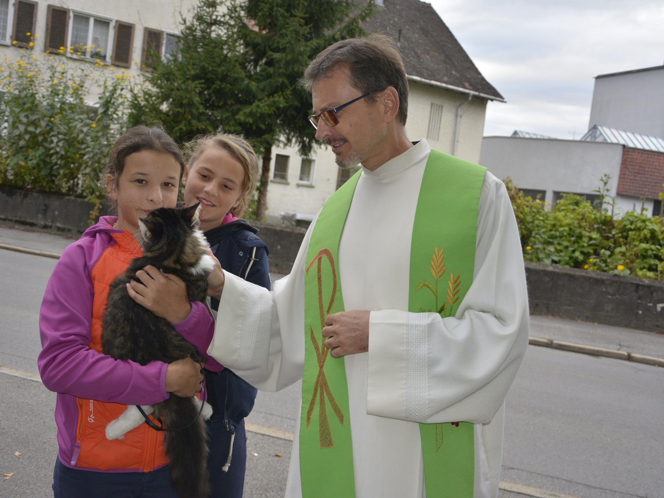 Pfarrer Christian Stranz fand Worte der Würde für die Tiere und segnete sie.