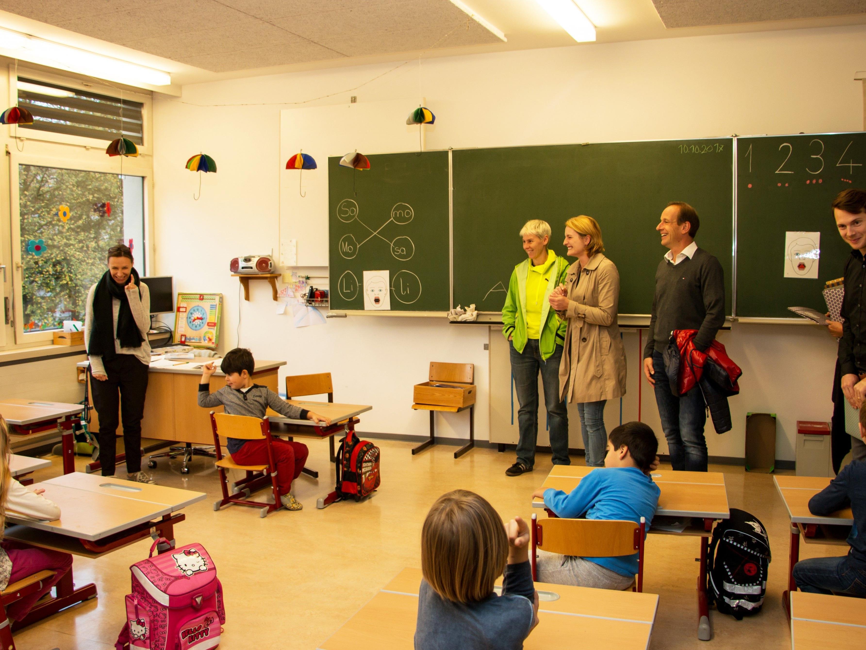 StR. Mag. Patricia Tschallener, StR. Angelika Benzer und Bgm. Dieter Egger besuchten die Hohenemser Erstklässler/innen (Bildmitte v. l.).