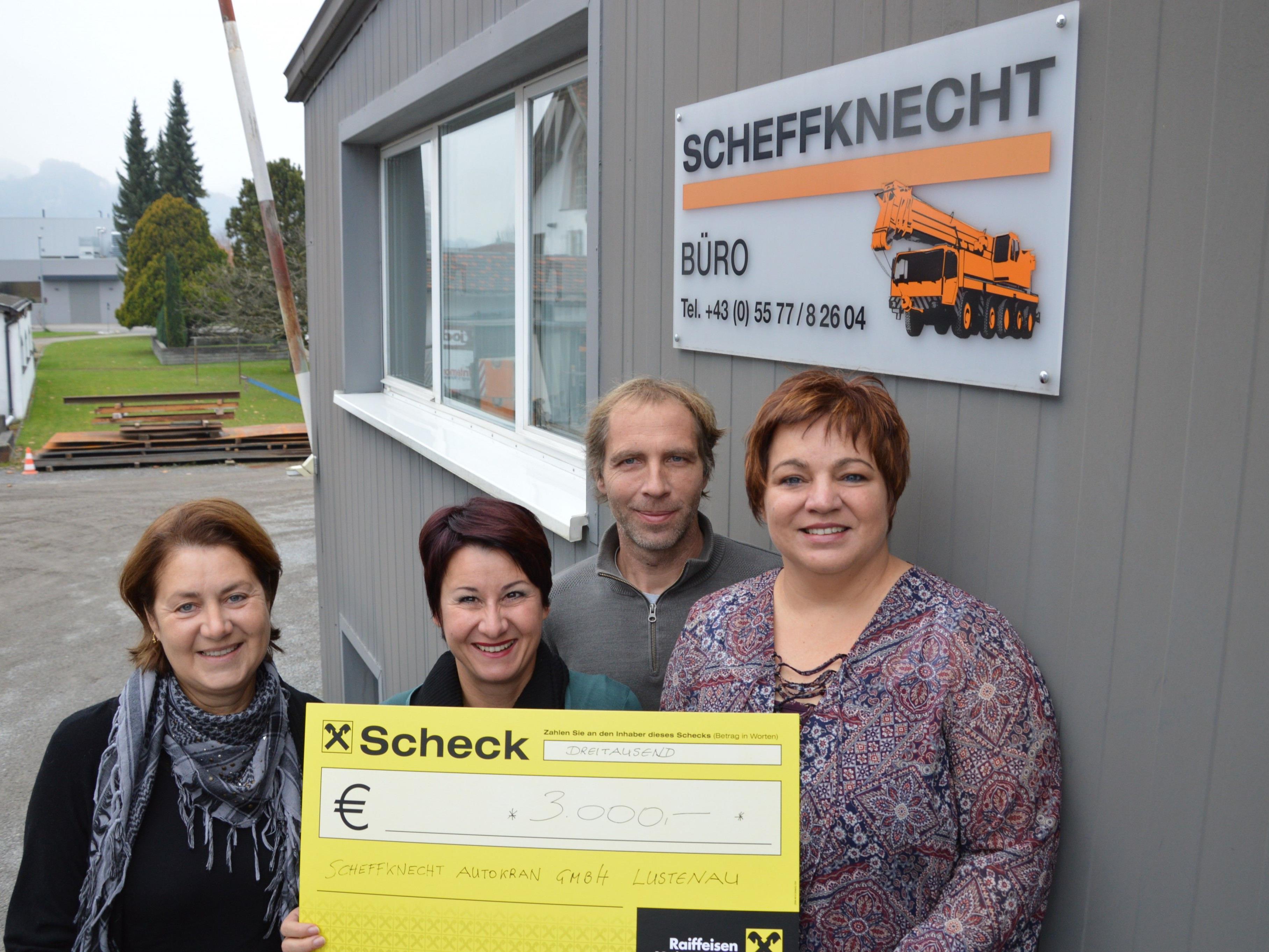 Monika Grabher, Susanne Marosch, Gerd und Michaela Scheffknecht bei der Scheckübergabe