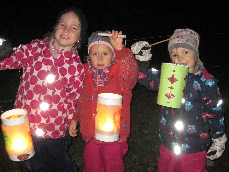 Valentina, Ina und Federica waren mit Feuereifer dabei, als zur Martinsfeier ihre Laternen zum Leuchten gebracht wurden