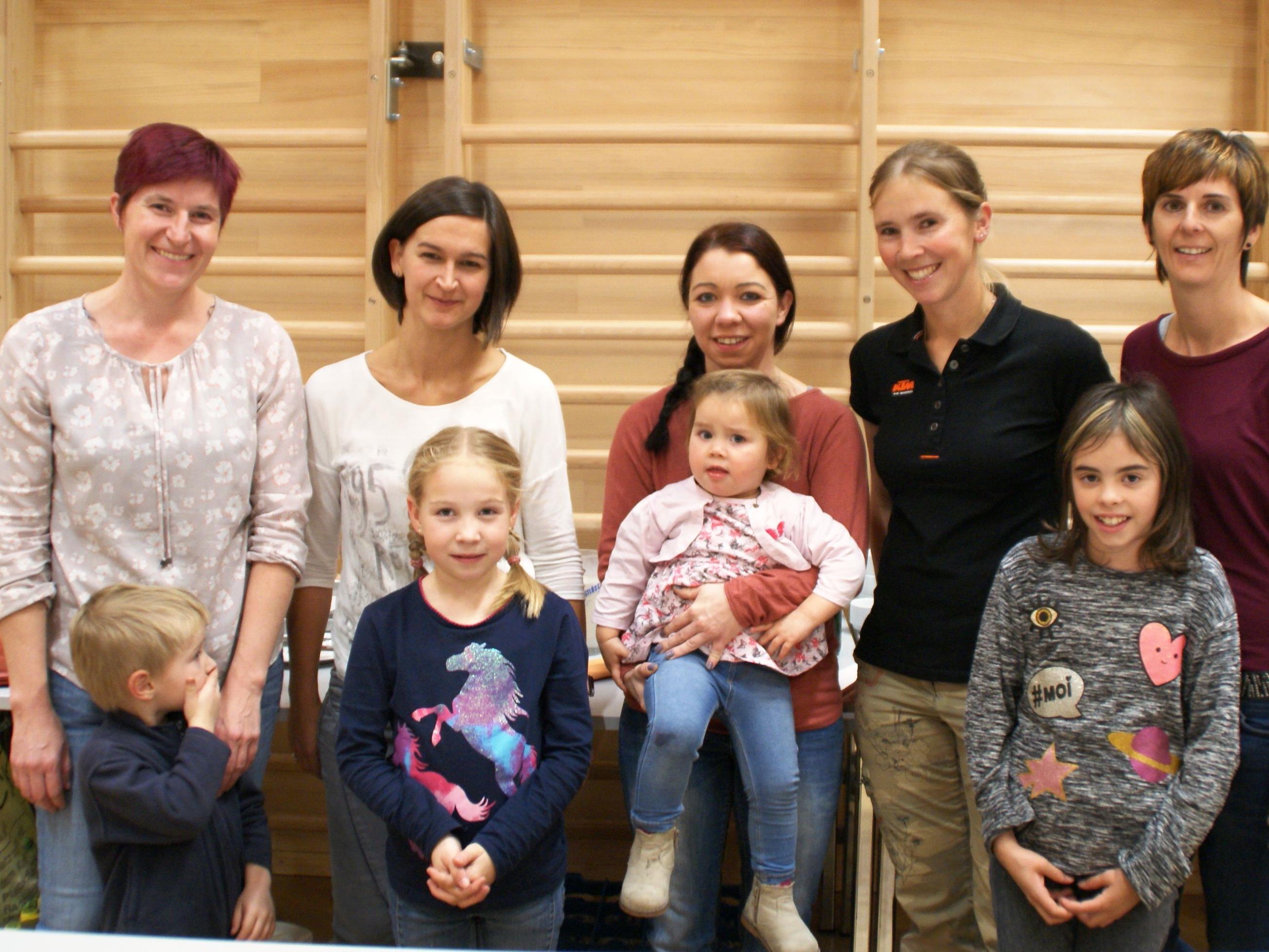 Foto: Jung & Alt engagierten sich um den Basar des Familienverbandes Buch.