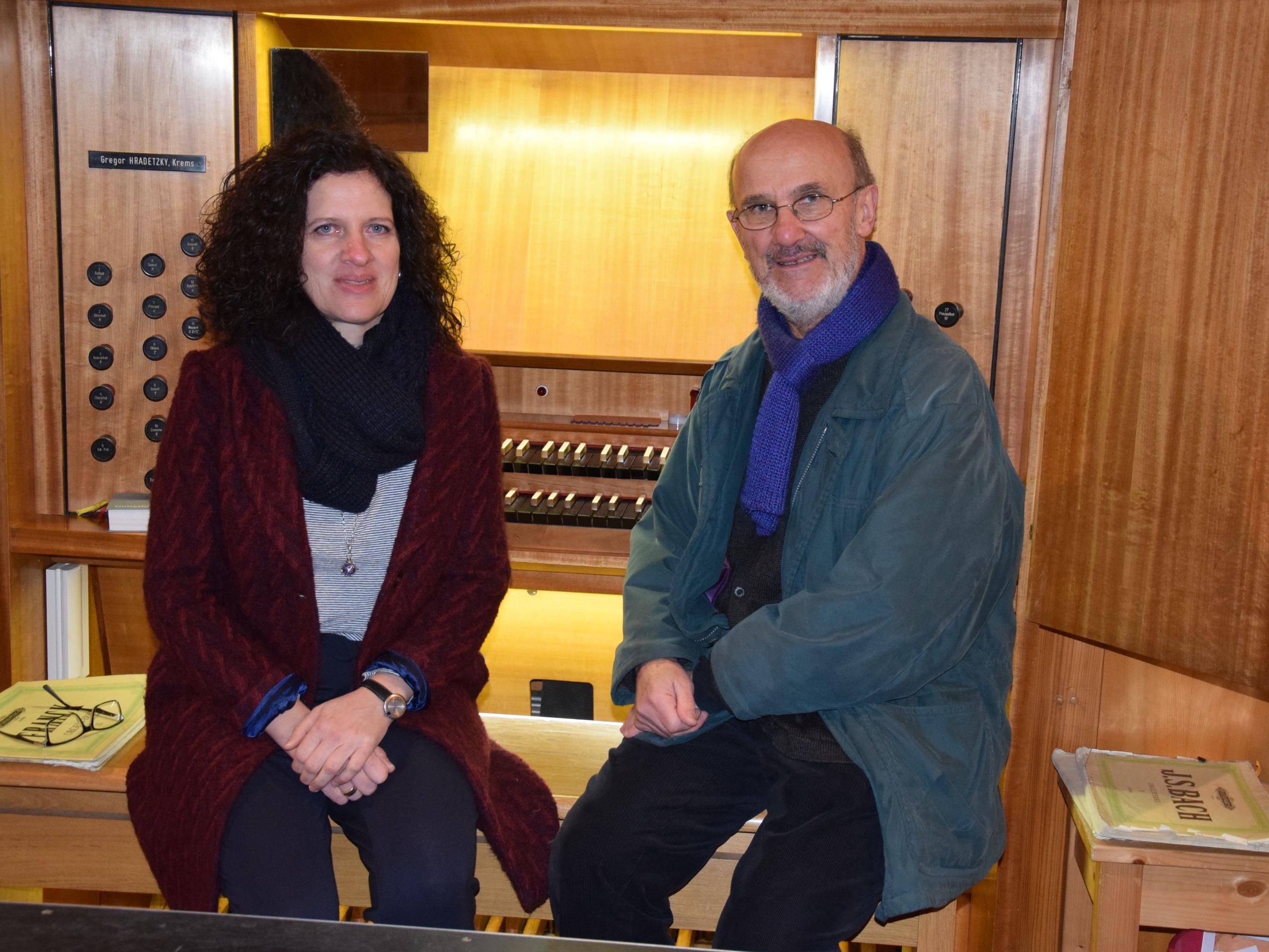 """Organistin Cornelia Schreiber und Orgelspezialist Oswald Wagner bei der Aktion """"Die Orgel hautnah"""" am 18. November"""