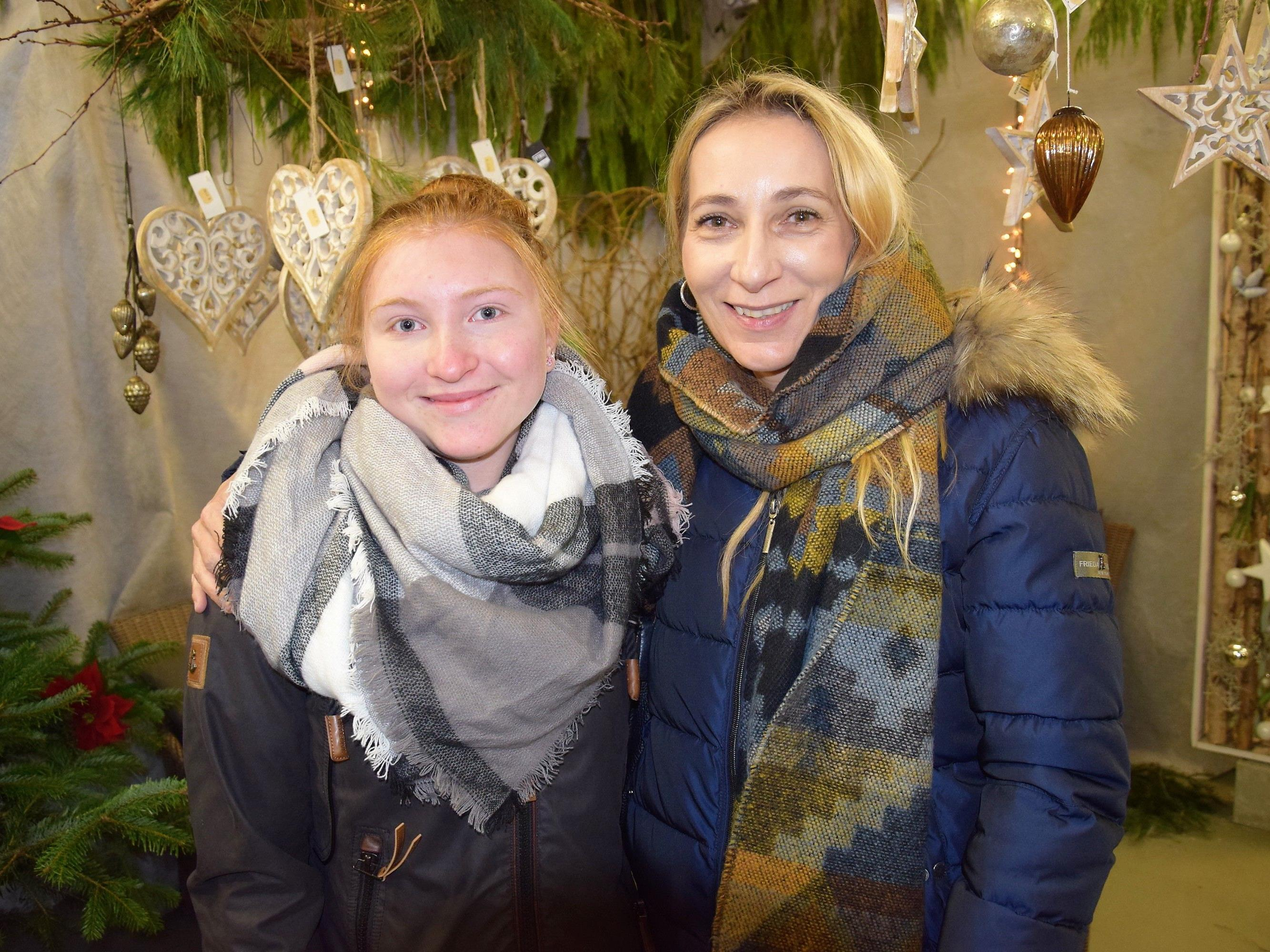 Auch Alisha und Janine bewunderten die Adventausstellung bei Rosen Waibel