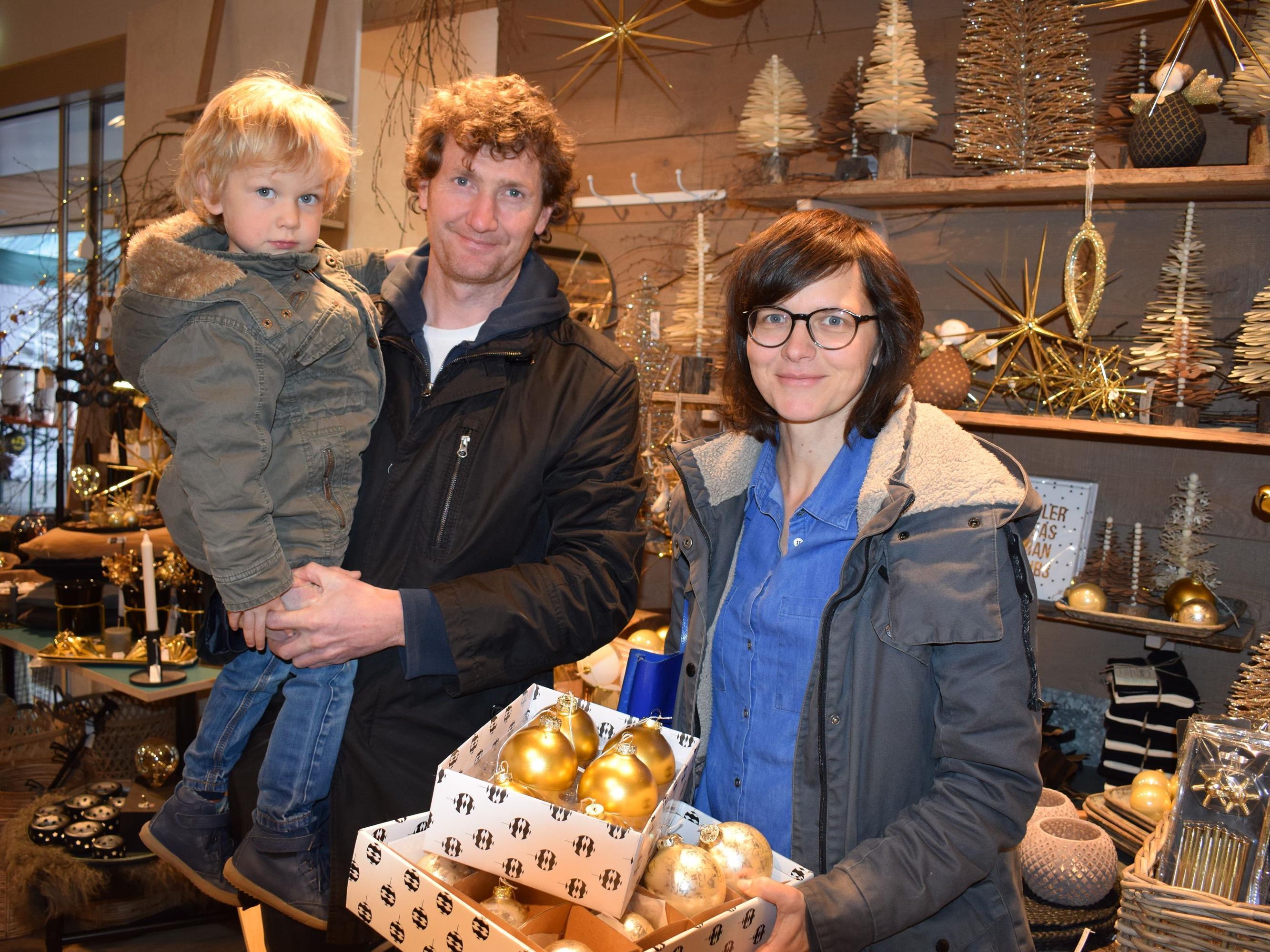 Arno und Claudia Geiger mit Laurenz ließen sich vom Angebot inspirieren.