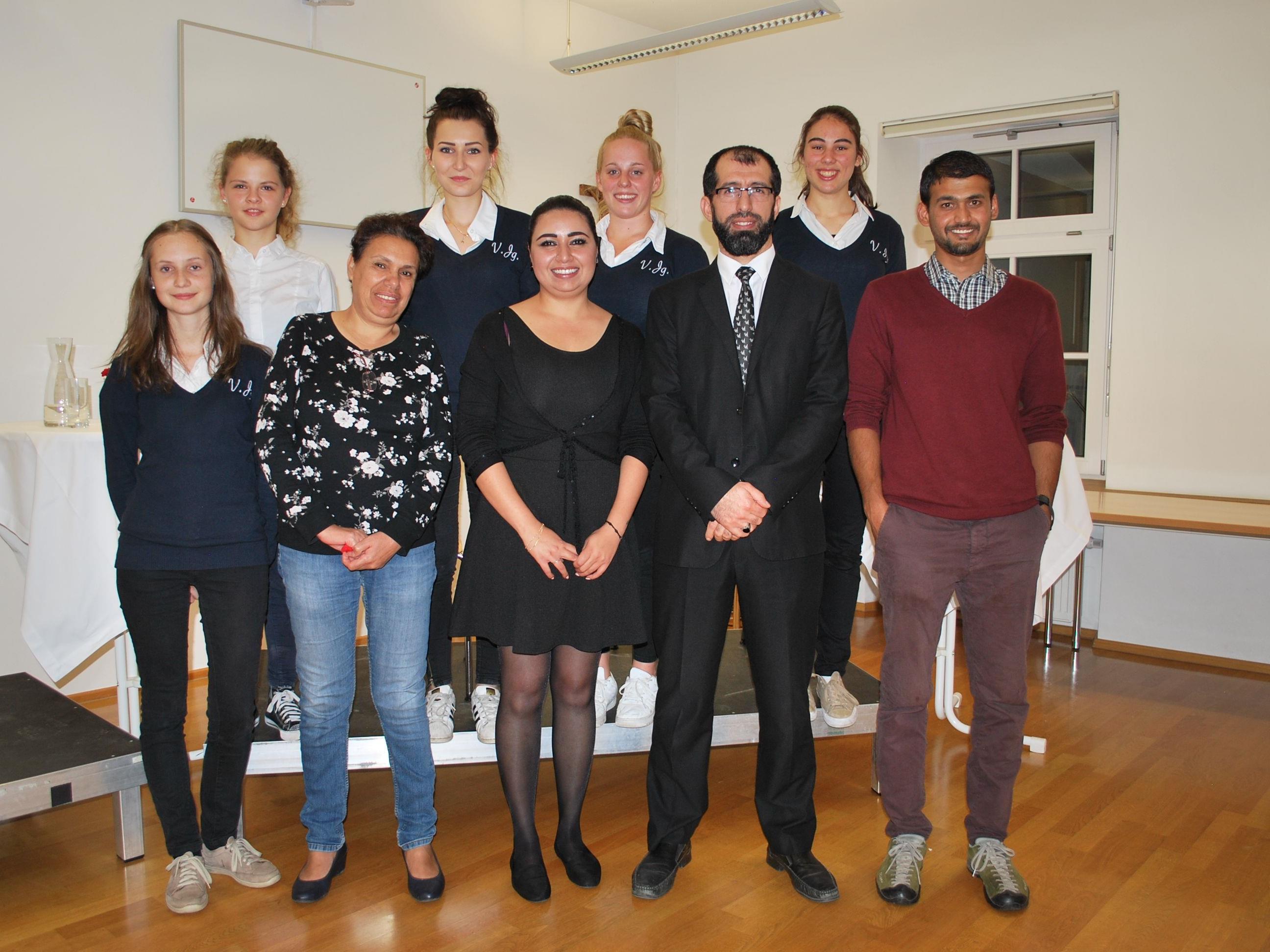 Isabella Simma (2. vl) bei der Podiumsdiskussion und Kulturcafé in ihrer Schule.