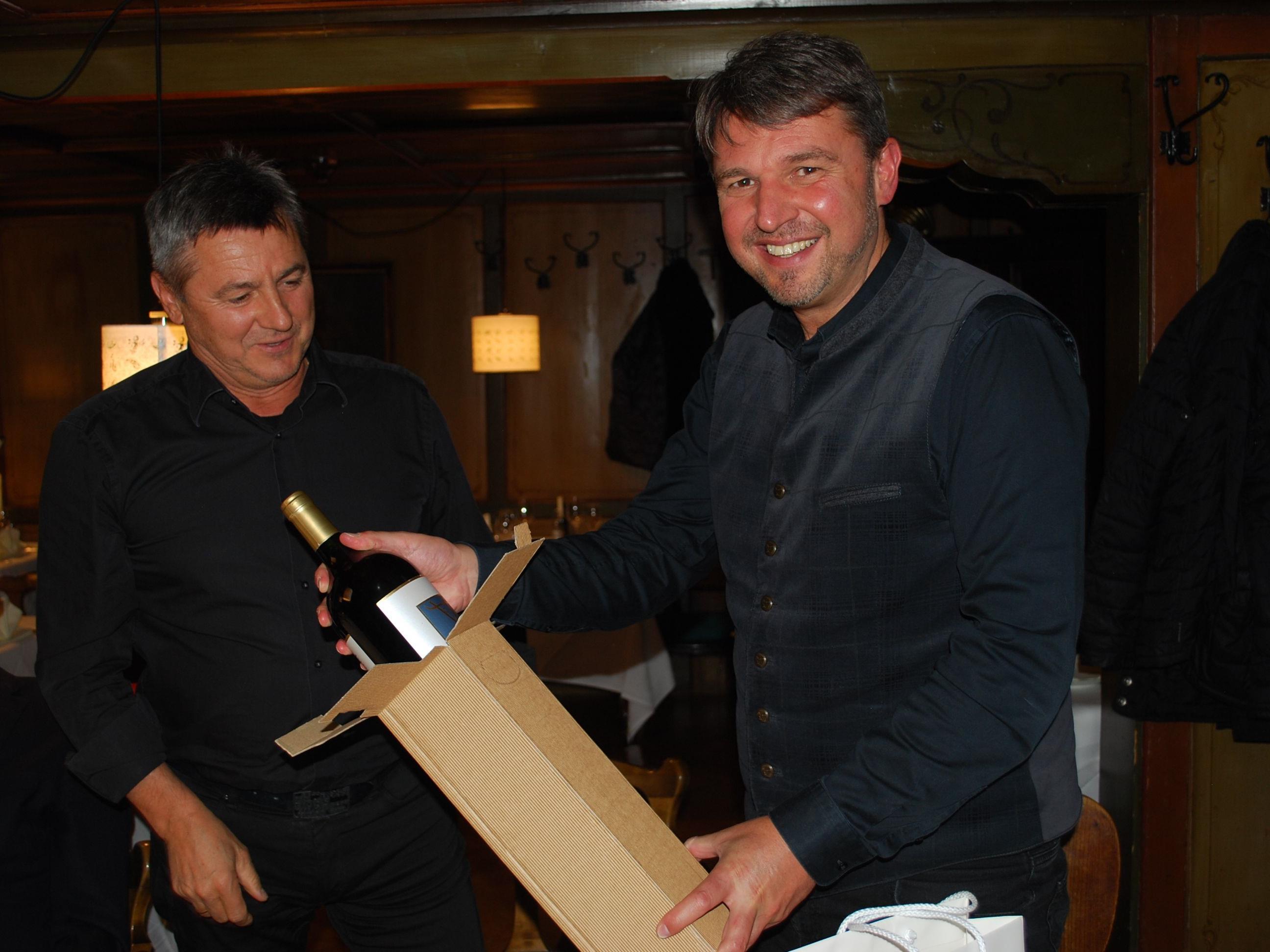BM Dr. Kurt Fischer freut sich über das von Vizepräsident Klaus Herburger überreichte Geschenk.