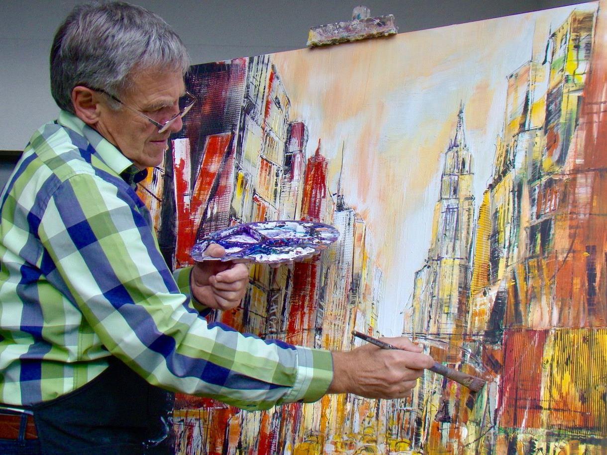 """Hubert Konzett führt im Rahmen der Reihe """"Tal Schafft Kultur"""" einen Kunstworkshop durch – auch kreatives Schaffen ist angesagt."""