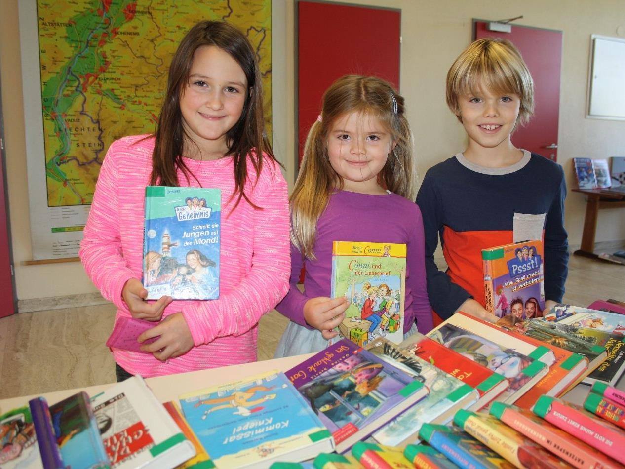 """Eine Fundgrube für Kinder und Erwachsene bietet der """"Flohmarkt"""" der Bücherei-Spielothek in der Aula der Volksschule (Haupteingang) im Lochauer Schulzentrum."""
