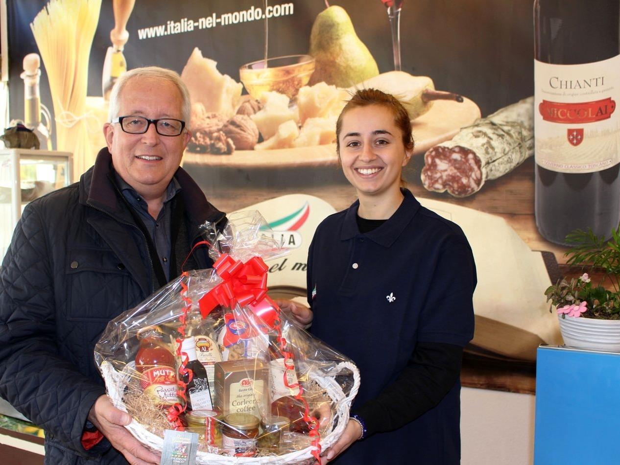 """Vanessa Giambrone konnnte auch Bgm. Michael Simma im neuen """"La Piccola Sicilia""""-Feinkostladen begrüßen."""
