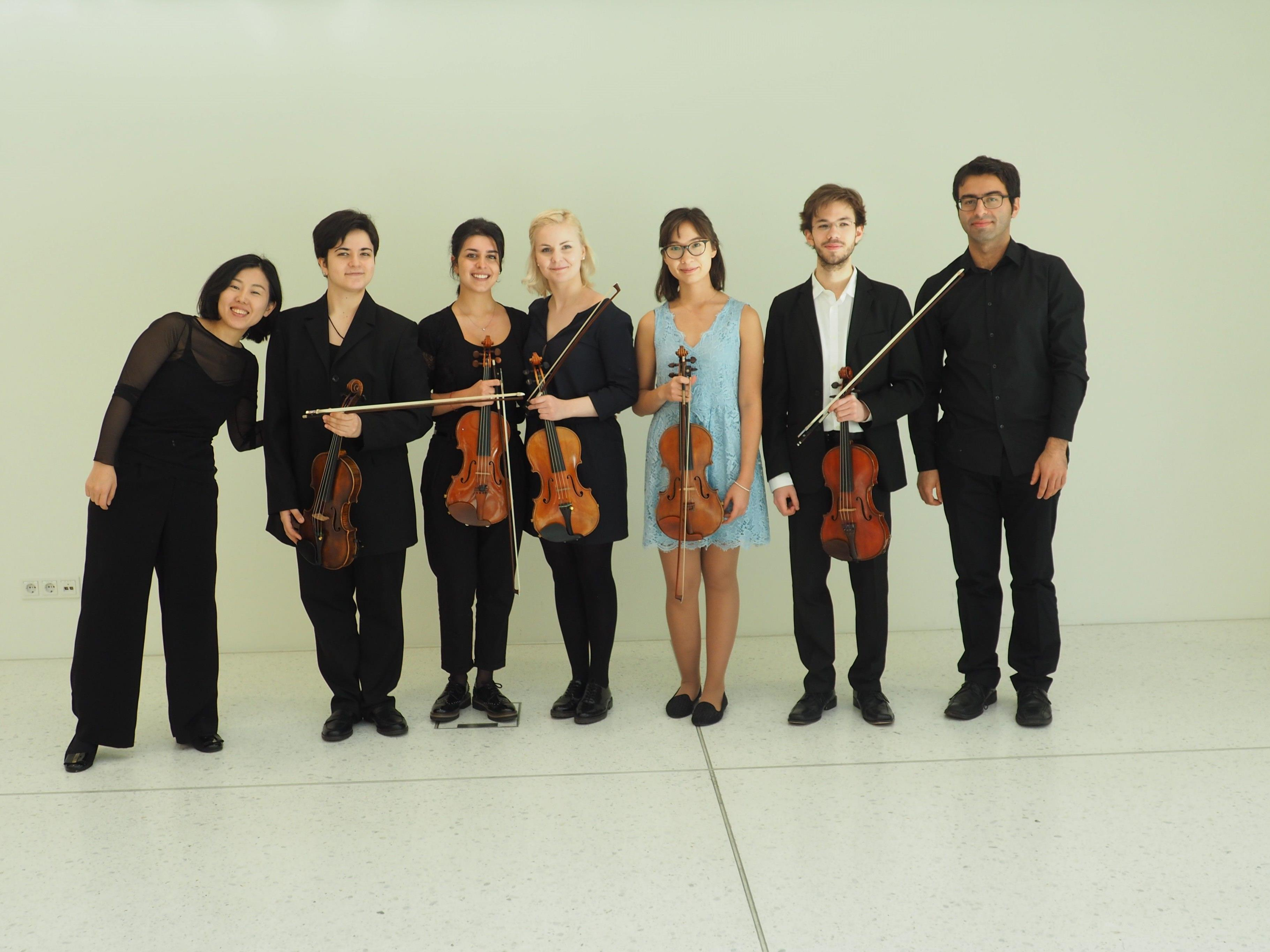 Die Studenten der Violinklasse Rudens Turku mit den beiden Pianisten Akiko Shiochi und Yunus Kaya (links und rechts außen)Die Studenten der Violinklasse Rudens Turku mit den beiden Pianisten Akiko Shiochi und Yunus Kaya (links und rechts außen)