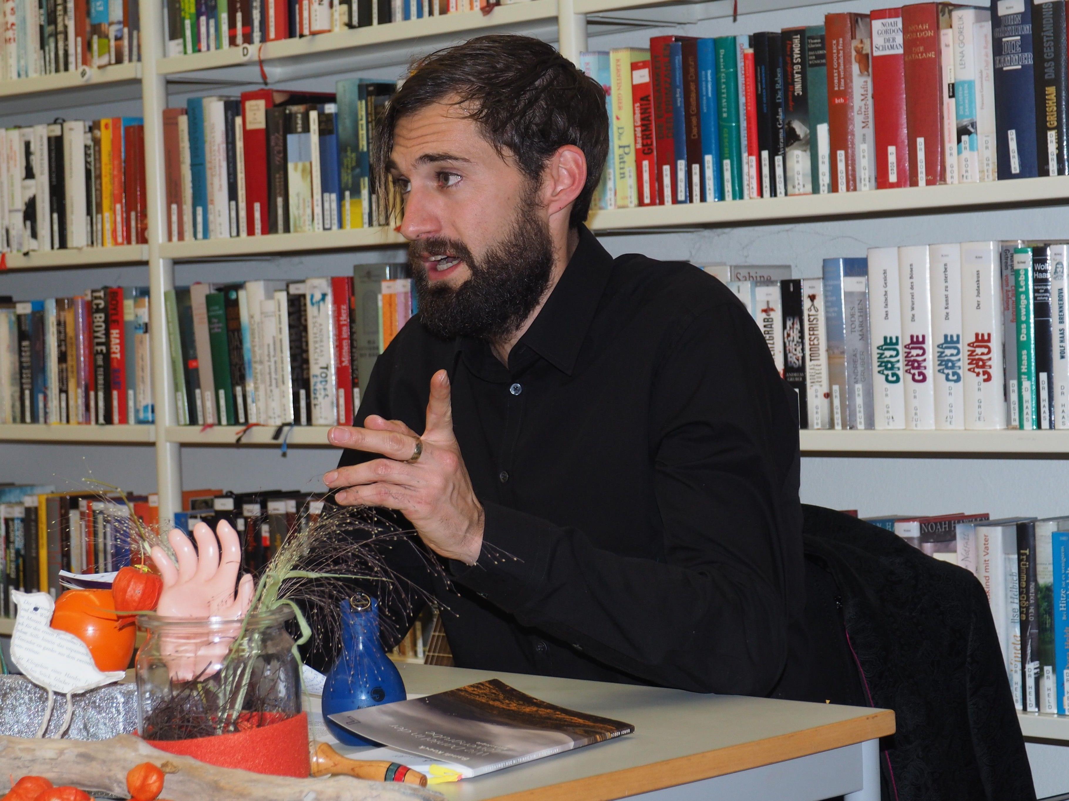 Alltäglicher Wahnsinn und Abenteuer auf Reisen: Bandi Koeck las in der Bibliothek Frastanz